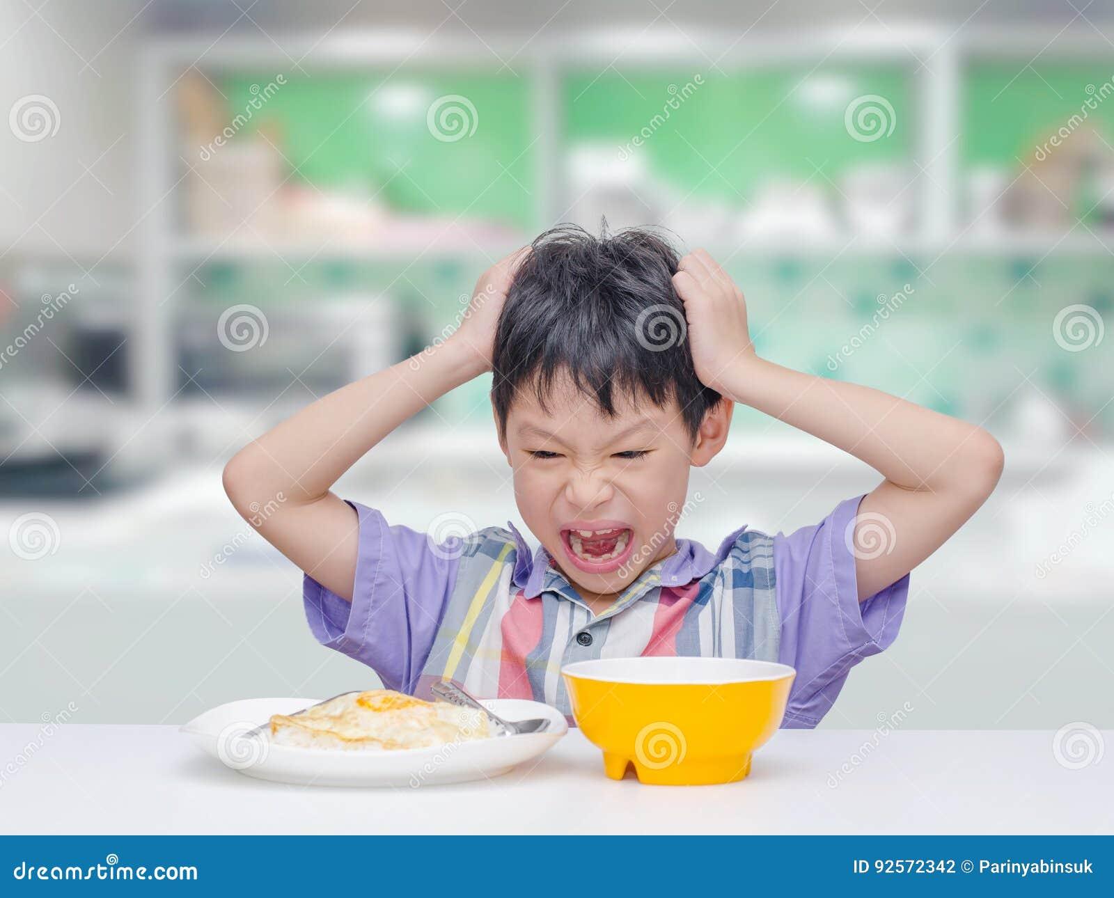Il bambino indossa il ` t vuole mangiare l alimento per pranzo