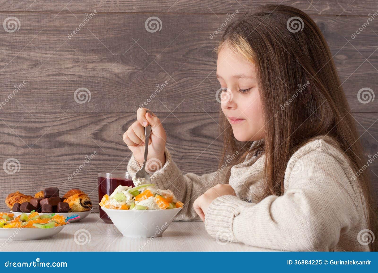 Download Il bambino mangia i frutti immagine stock. Immagine di bevanda - 36884225