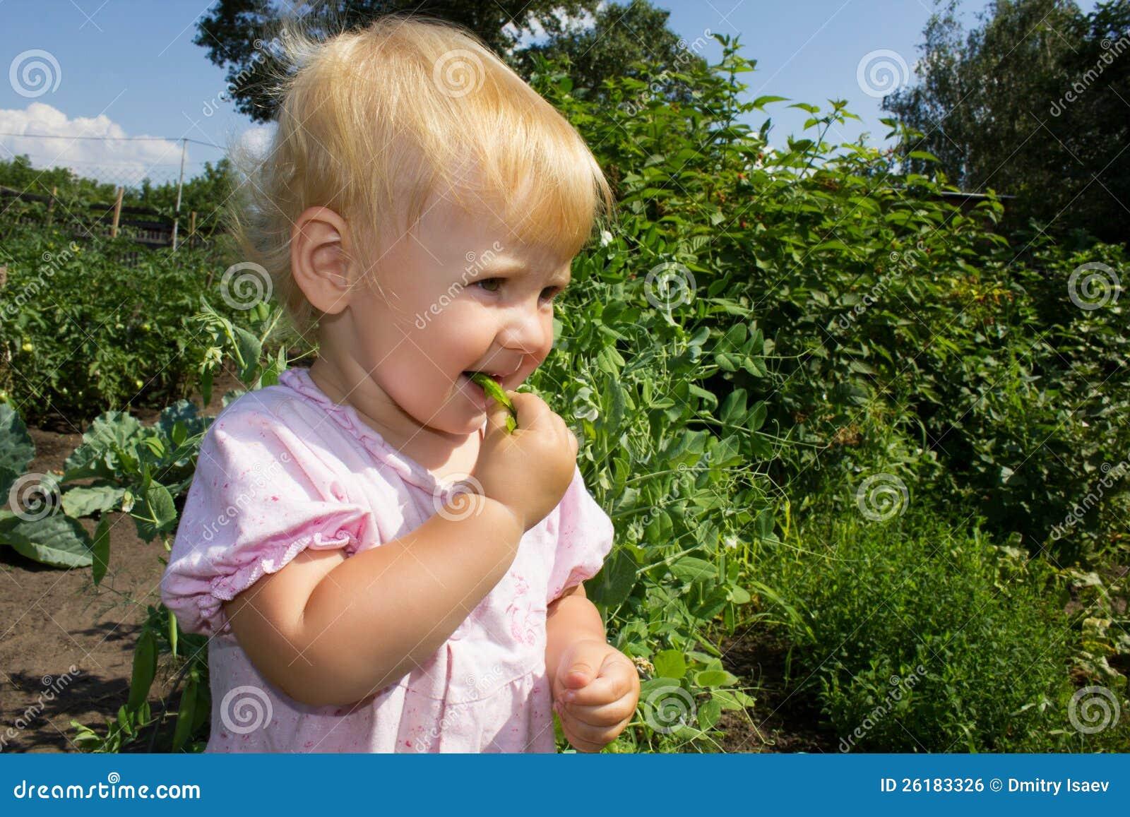 Il bambino mangia i piselli