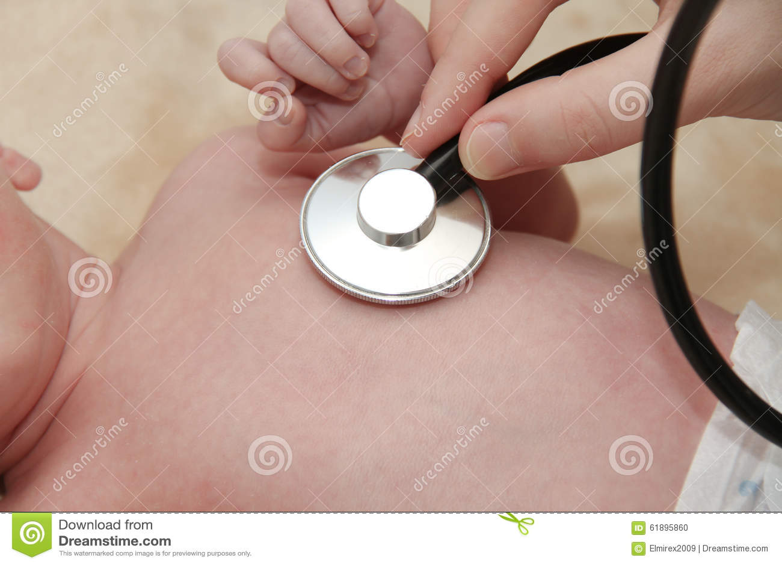 Il bambino maschio ottiene un esame del polmone da un infermiere con lo stetoscopio