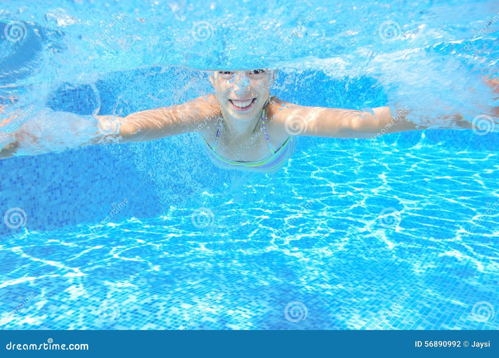 Il bambino nuota in stagno underwater
