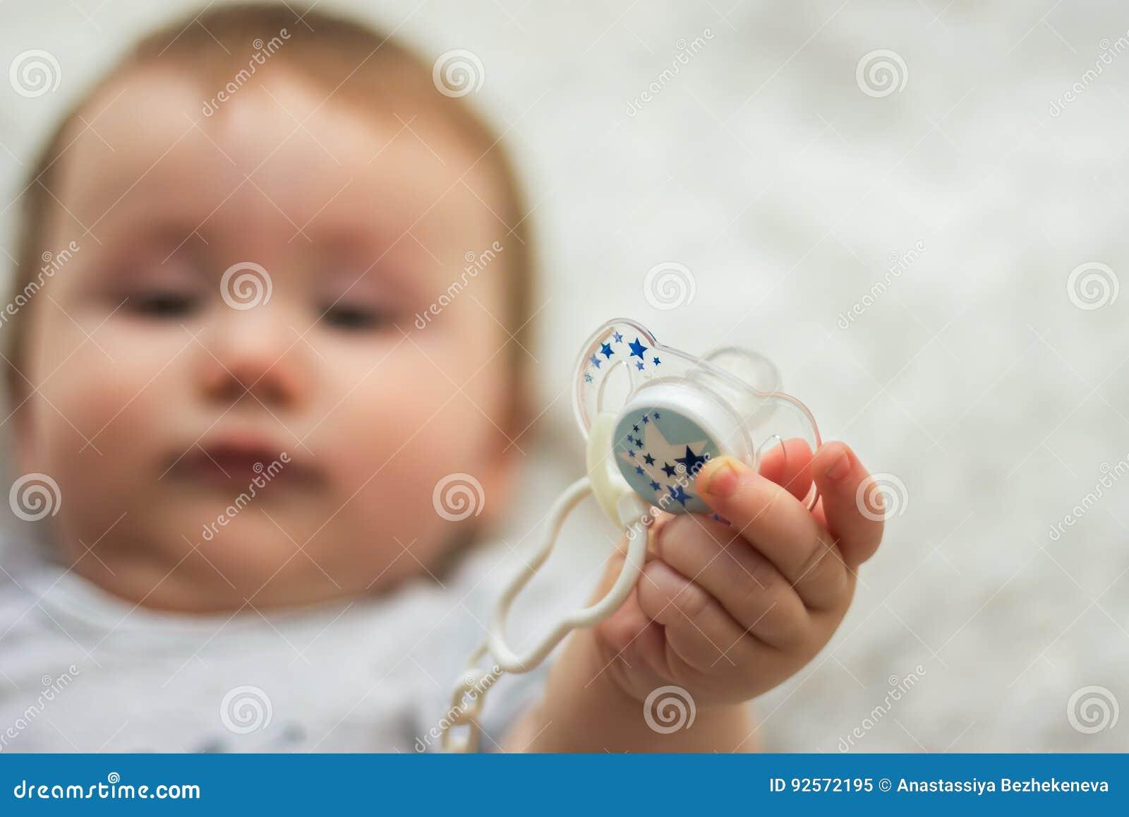 Il bambino sta tenendo il capezzolo