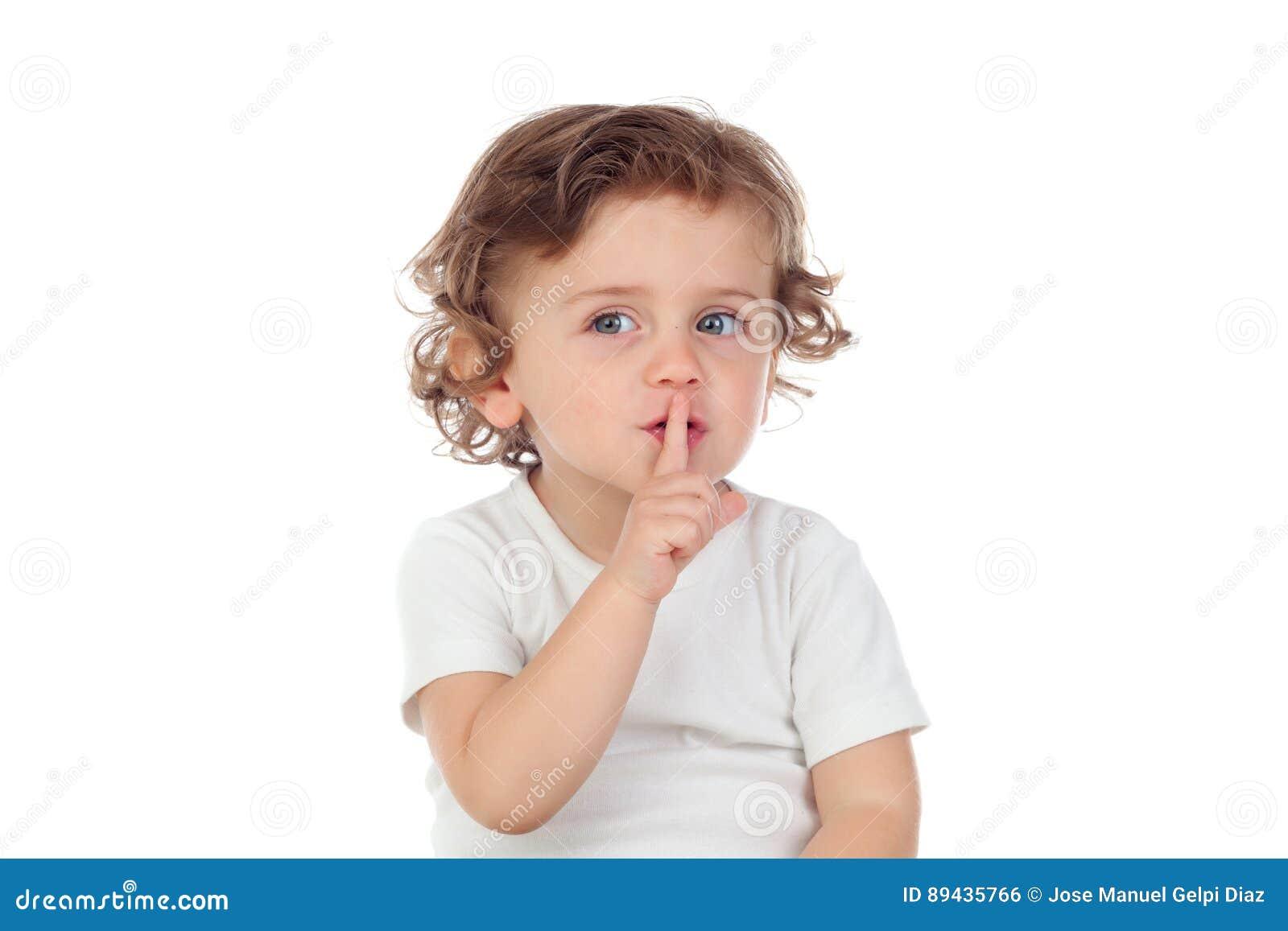 Il bambino sveglio ha messo l indice alle labbra come segno di silenzio