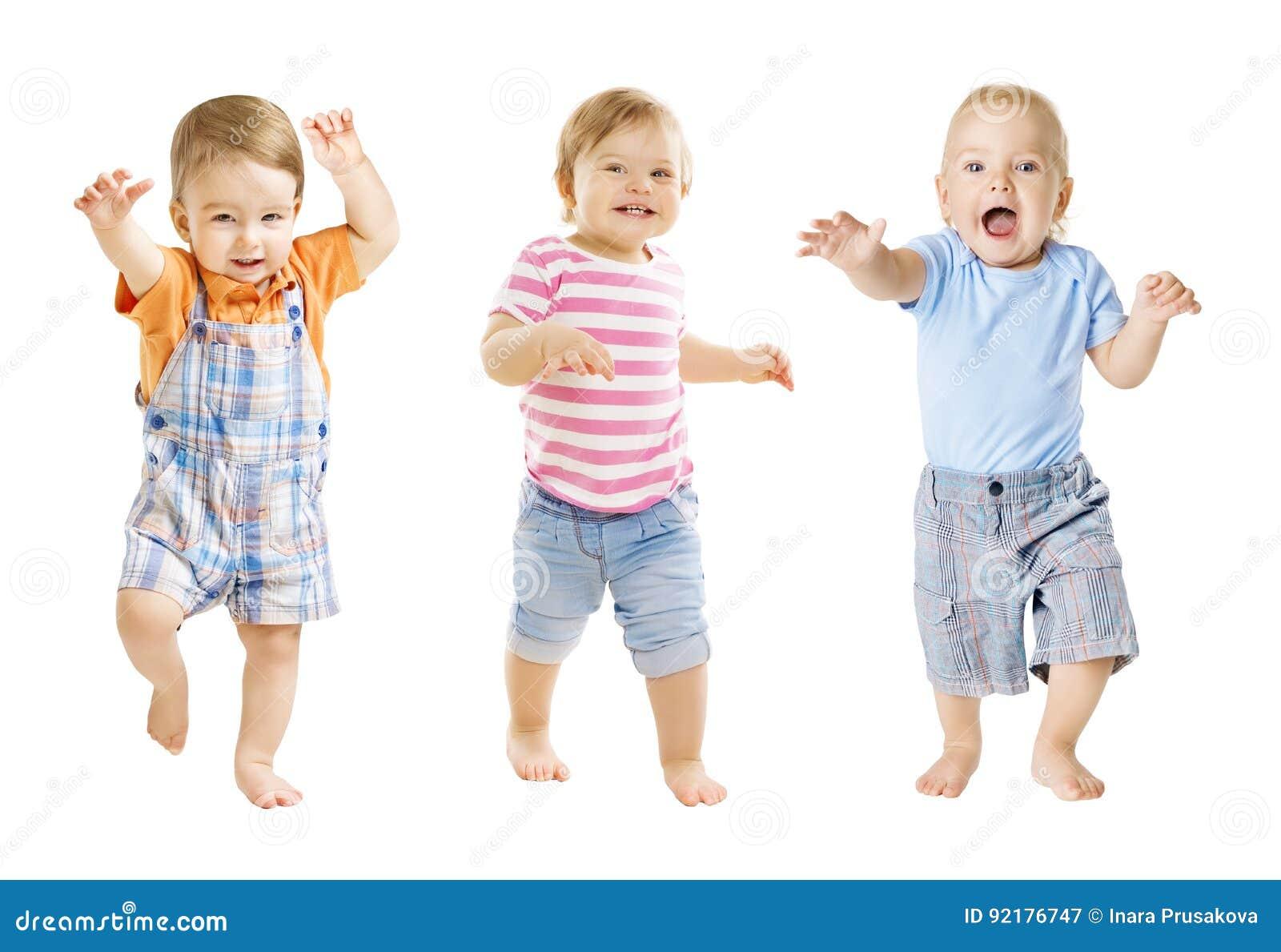 Il bambino va, espressione divertente dei bambini, giocante i bambini, fondo bianco