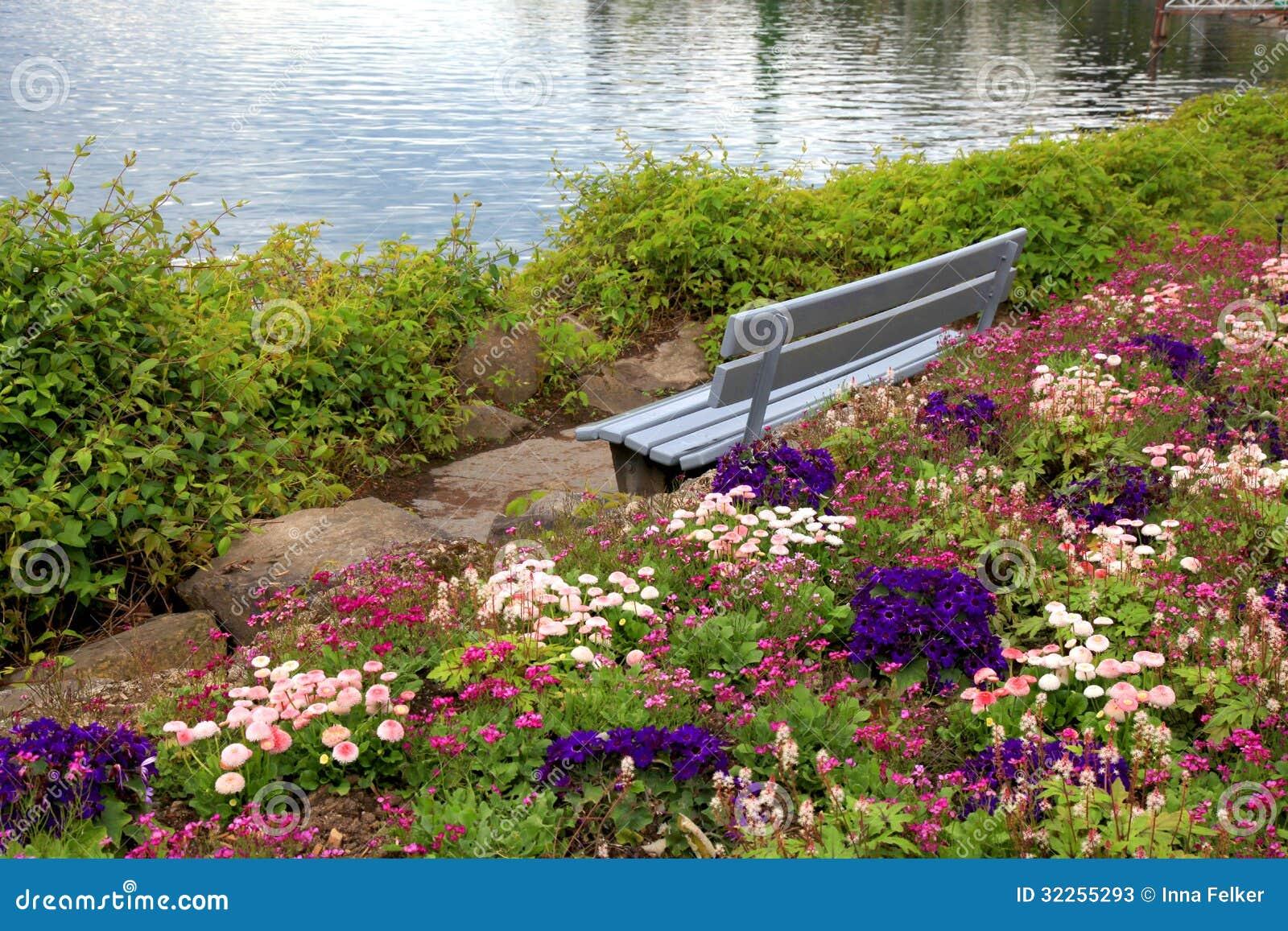 Il banco ed i fiori a alpen il lago a Montreux (Svizzera)