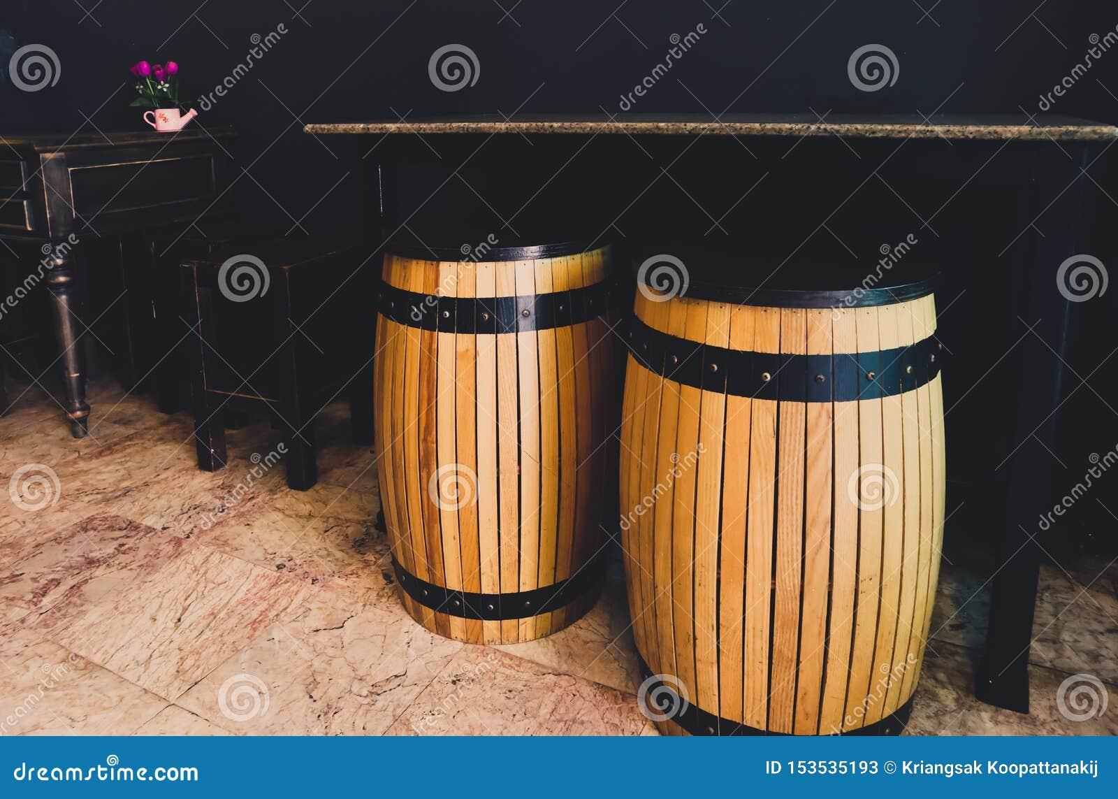 Il barilotto di legno come posto dei sedili con la tavola di marmo L insieme delle sedie e dello scrittorio di legno antichi neri
