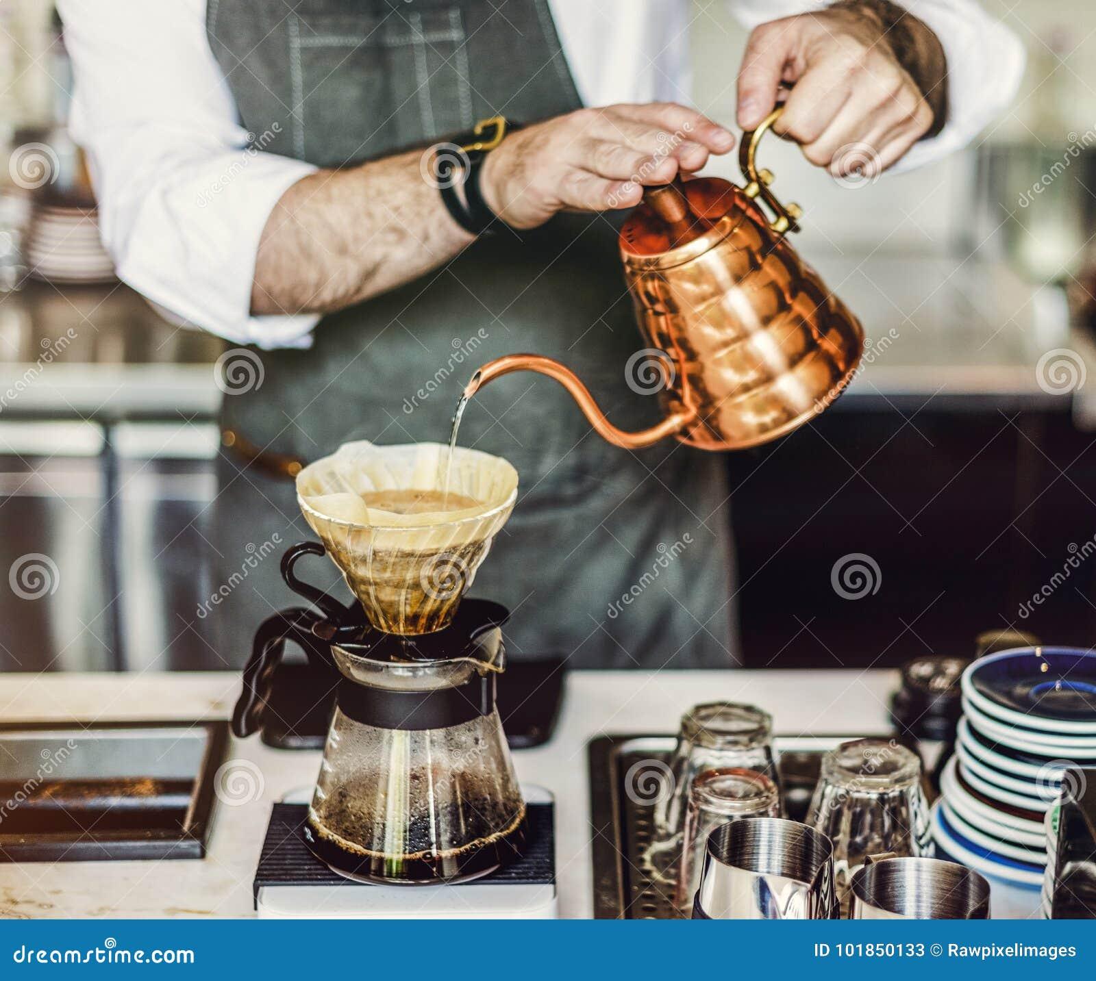 Il barista sta producendo il caffè