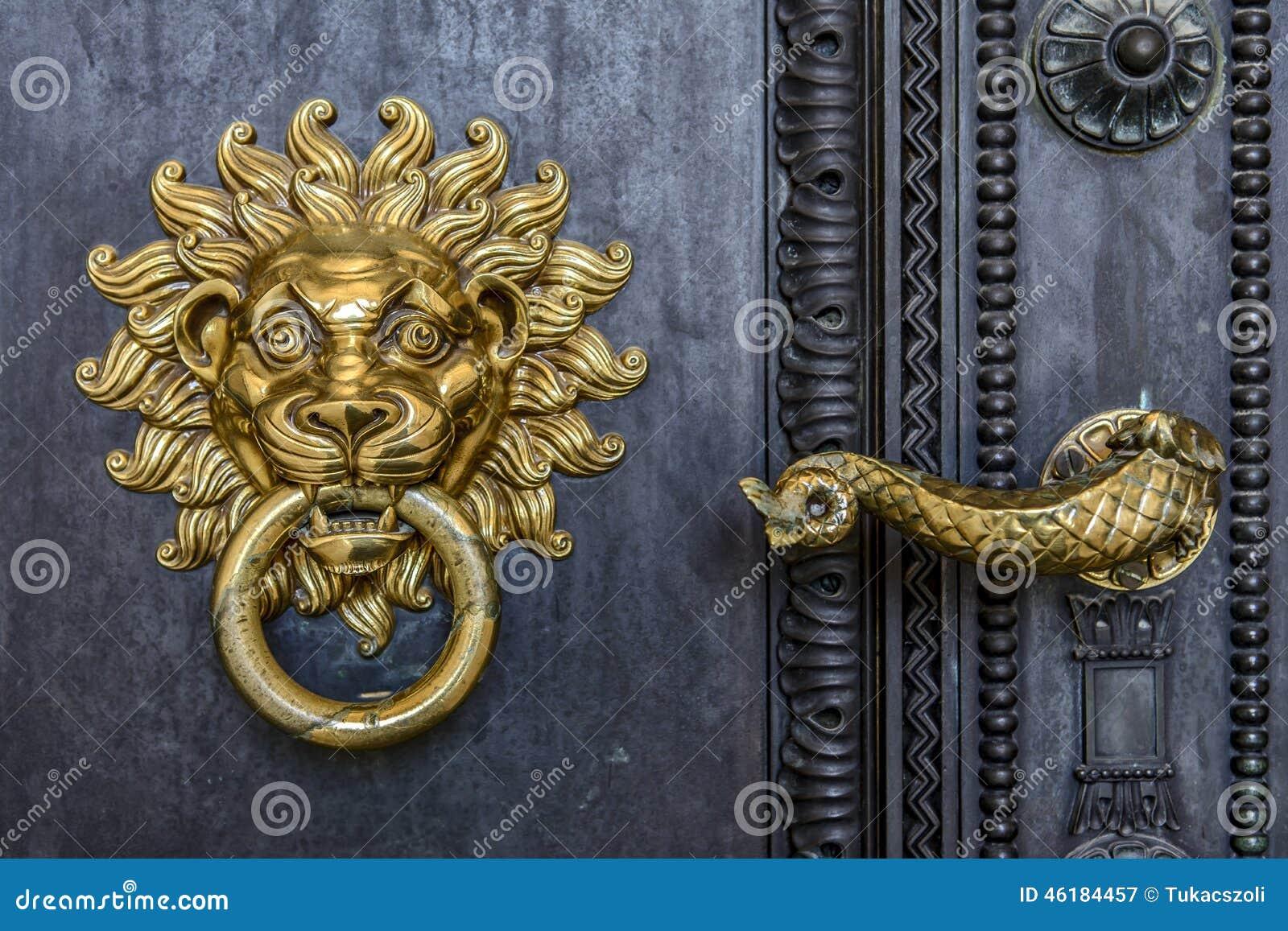Il battitore e la maniglia di porta della cattedrale - Maniglia della porta ...