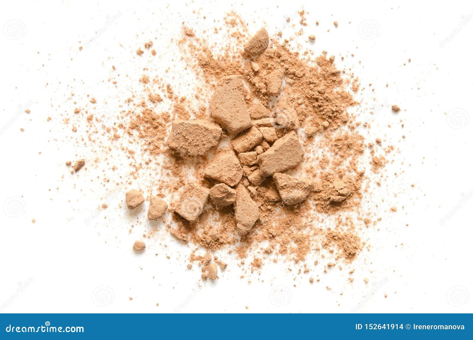 Il beige ha schiantato la cipria per trucco come campione del prodotto cosmetico, isolato su fondo bianco