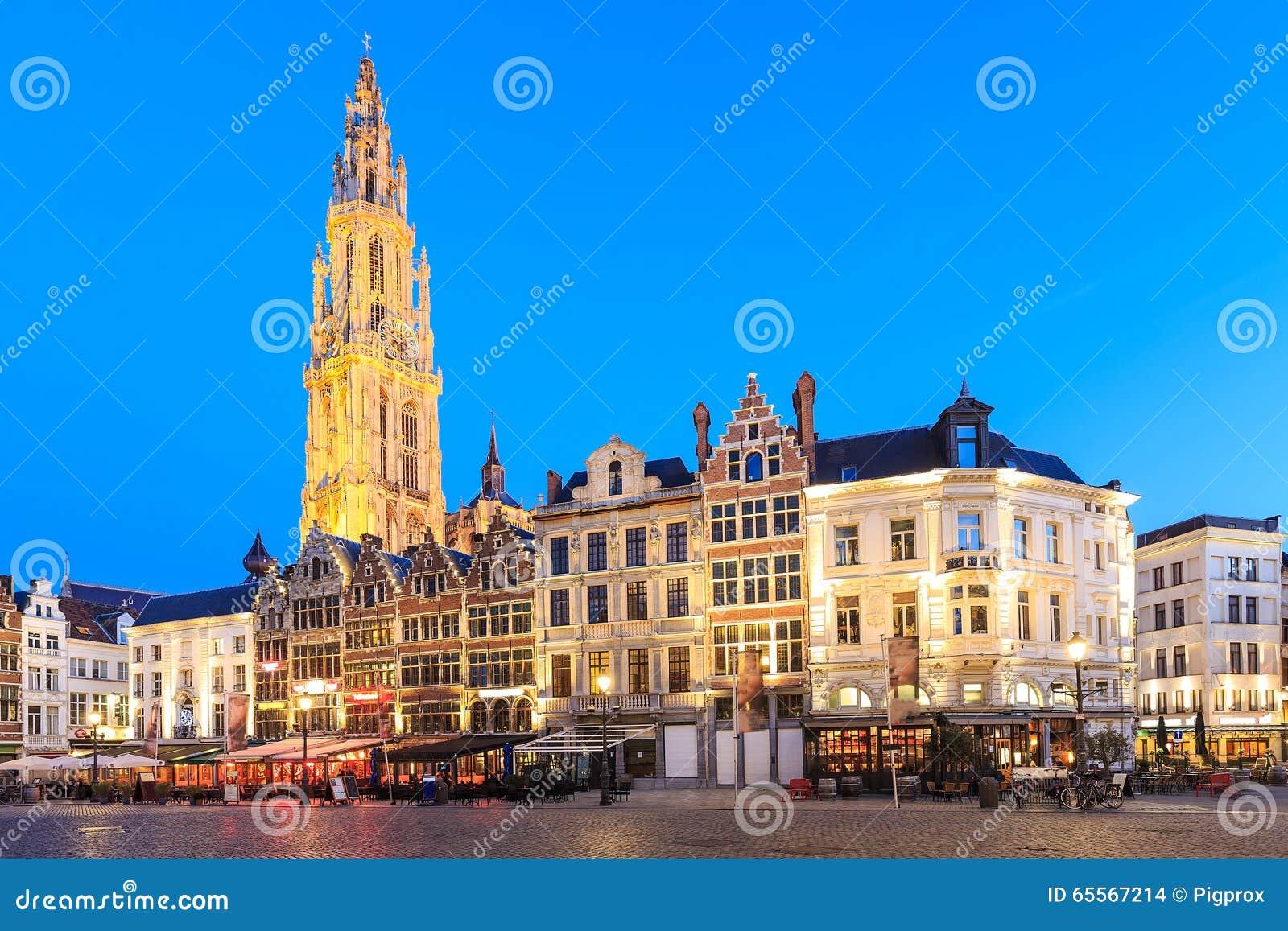 Il Belgio lungo Meir Street famoso e la torre sola del