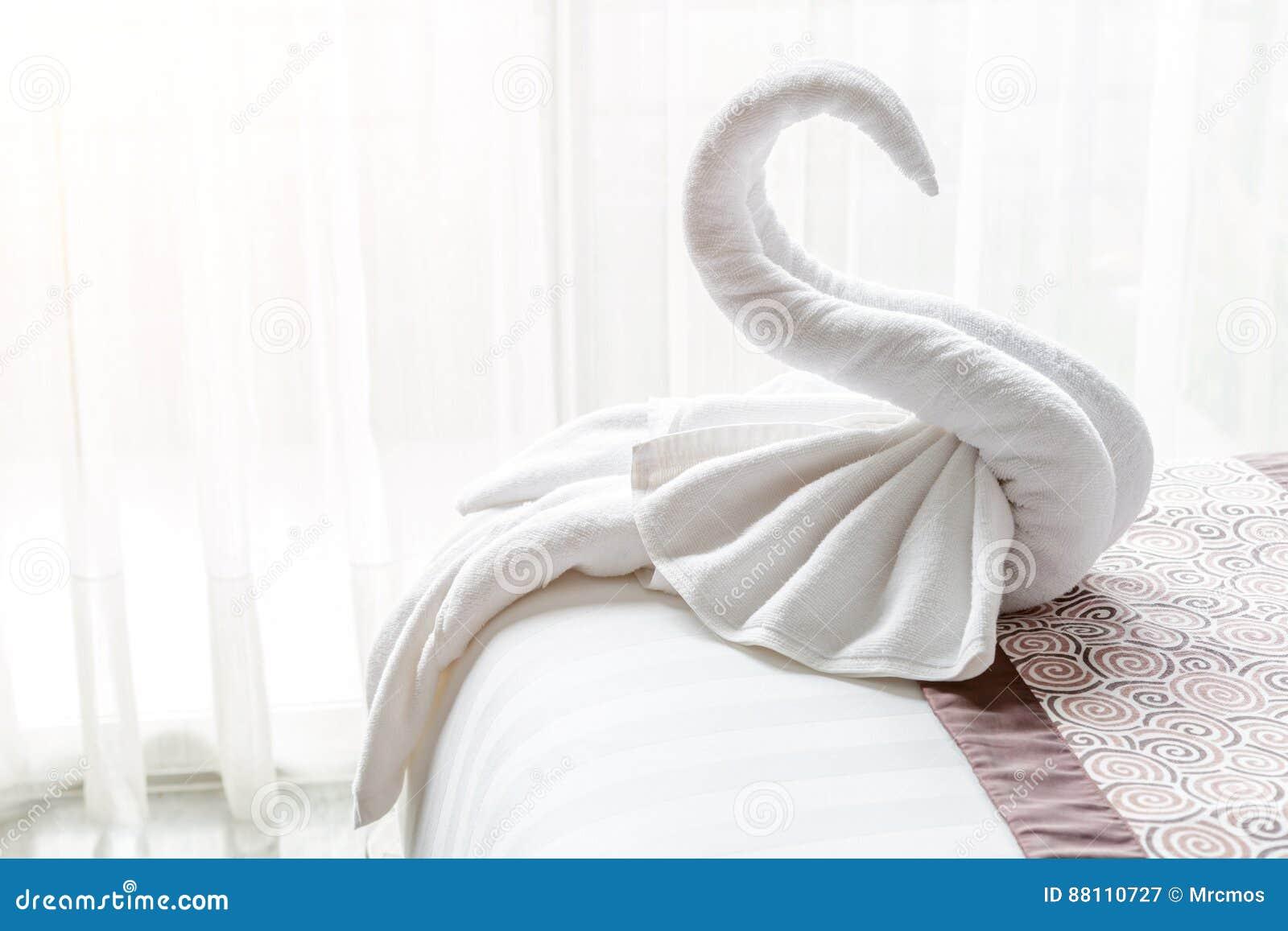 Angolo Del Letto : Il bello cigno dallasciugamano di bagno bianco decora sullangolo