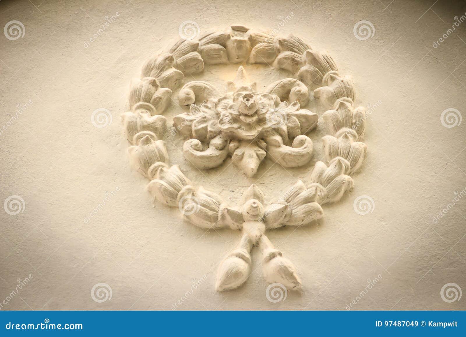 Il bello fondo con i fiori di ghirlanda bianchi stucco sul ol