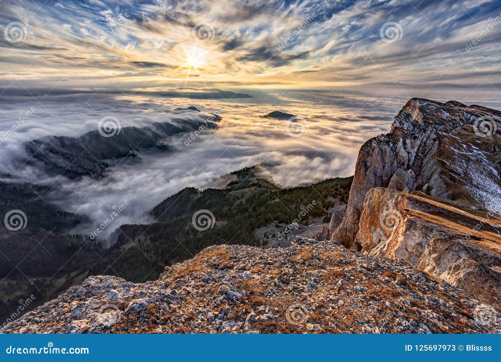 Il bello paesaggio drammatico scenico del tramonto del cielo blu di autunno dello schermo della nuvola ha coperto la foresta ad o