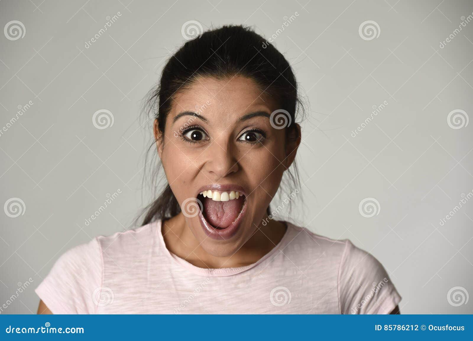 Il bello Spagnolo ha sorpreso la donna stupita nella scossa e nella sorpresa felici ed emozionanti