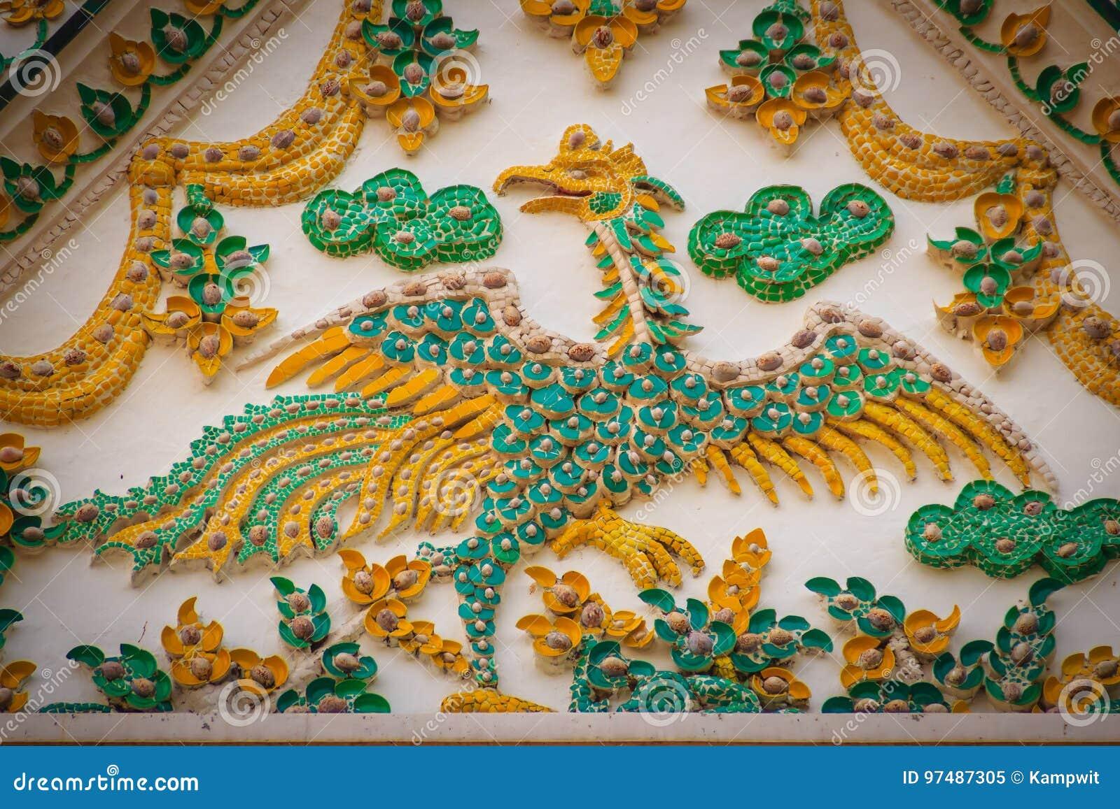 Il bello stucco della parete frontale con il cigno giallo ha decorato i wi