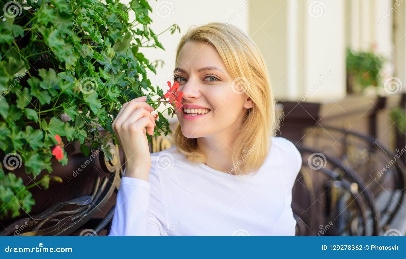 Il bello terrazzo attira i clienti Piante come decorazione naturale La ragazza si siede l aroma dei fiori di annusata del caffè L