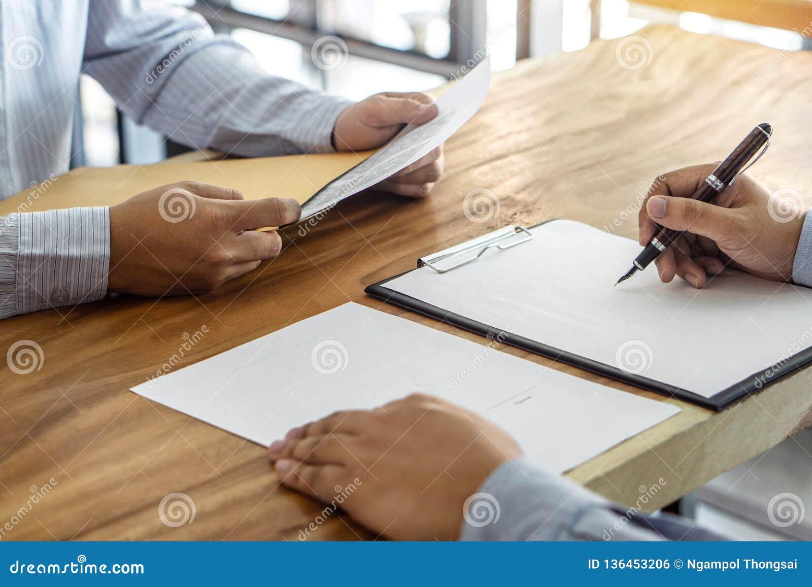 Il bene immobile di prestito o di assicurazione, il mediatore dell agente e l accordo di contratto di firma del cliente approvati