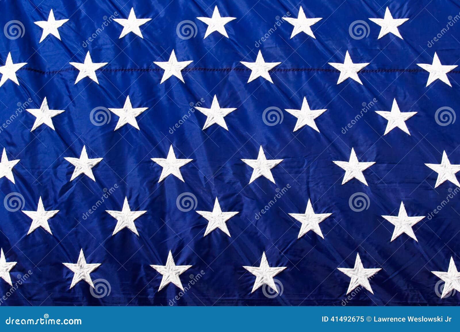 Il bianco del primo piano della bandiera americana Stars il fondo blu