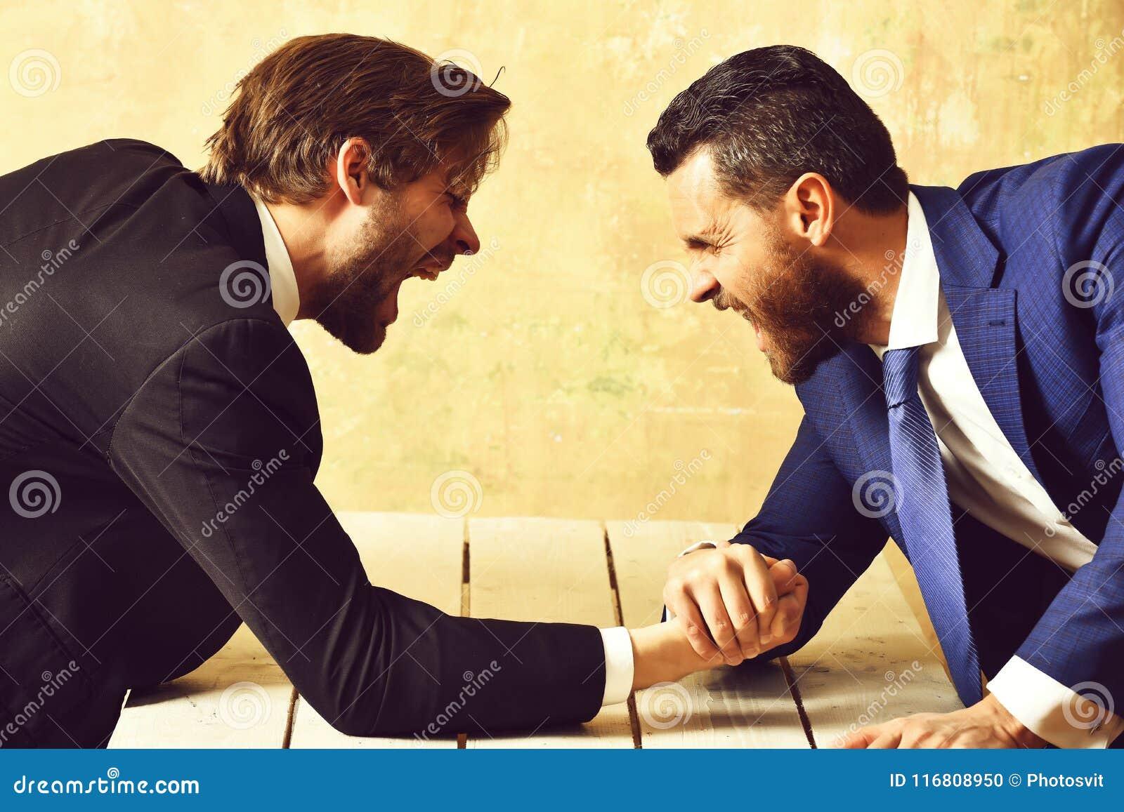 Il braccio di ferro dell uomo d affari e fa concorrenza aggressivamente uomo