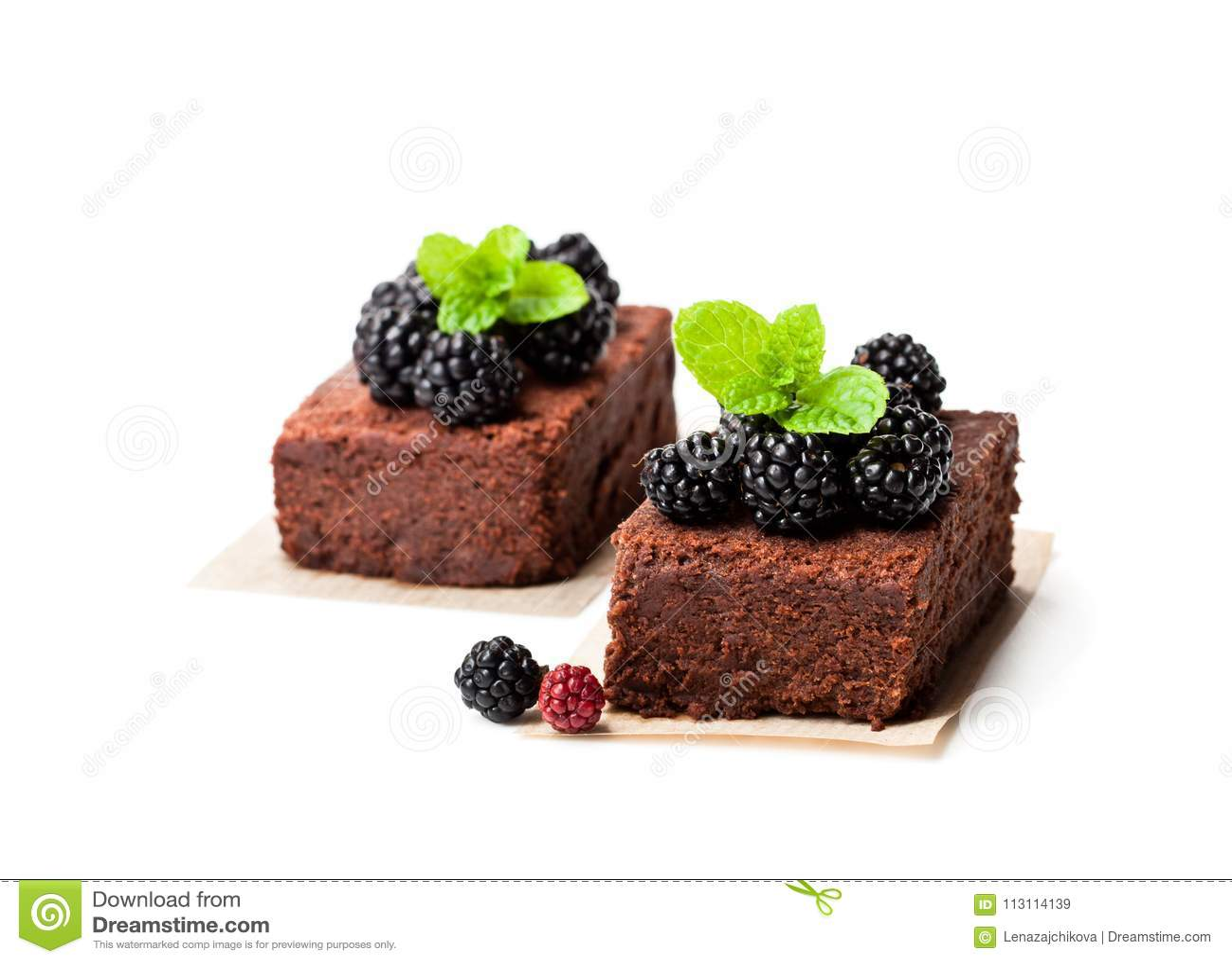 Il brownie del cioccolato collega con le more isolate su bianco