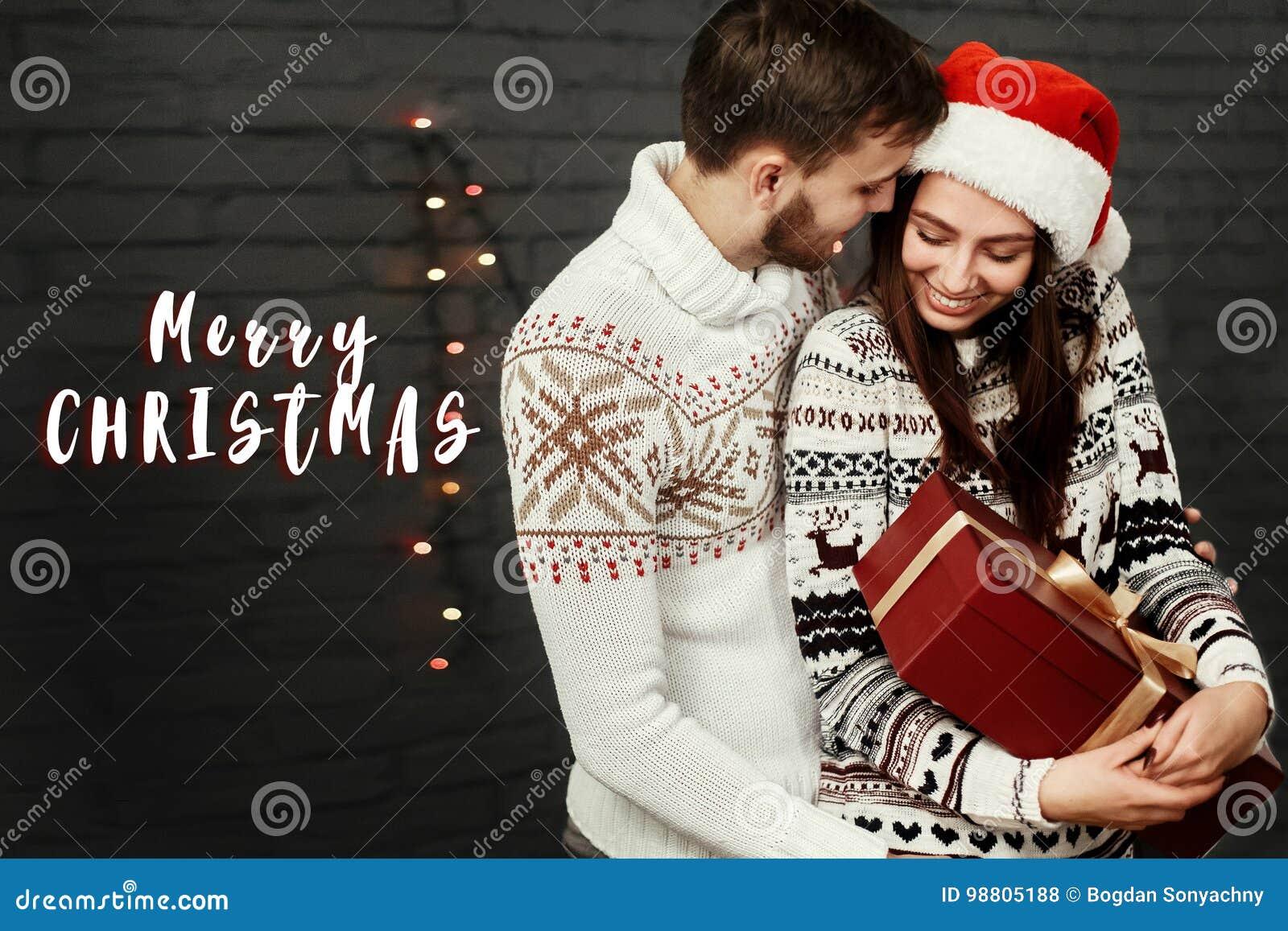 Sms Di Buon Natale.Il Buon Natale Manda Un Sms Al Saluto Del Segno Con Lo Spirito Felice Alla Moda Delle Coppie Fotografia Stock Immagine Di Lifestyle Casella 98805188