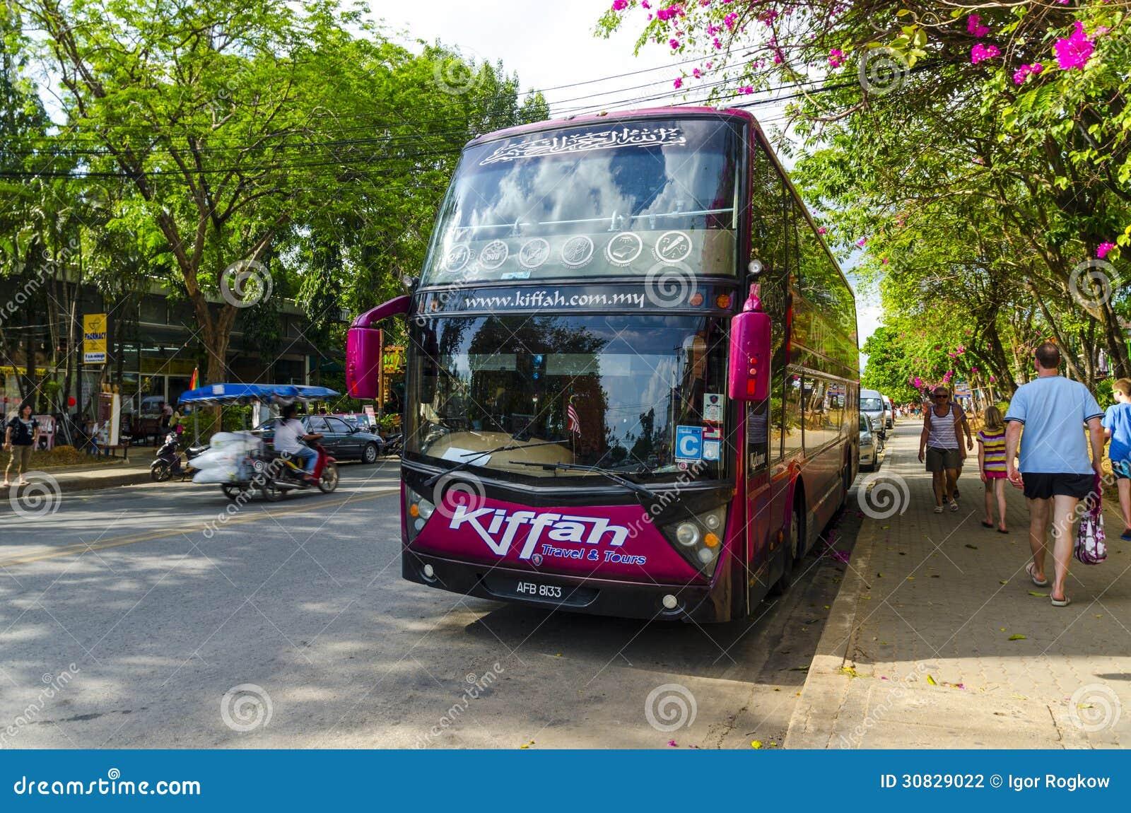 Il bus ha preso i turisti in Tailandia ad una fermata