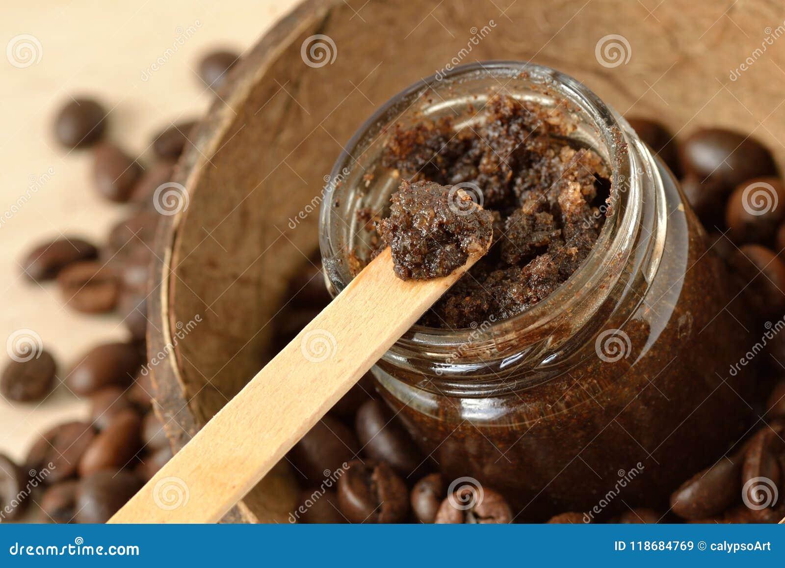Il caffè casalingo sfrega in un barattolo di vetro sopra le coperture e il coff della noce di cocco