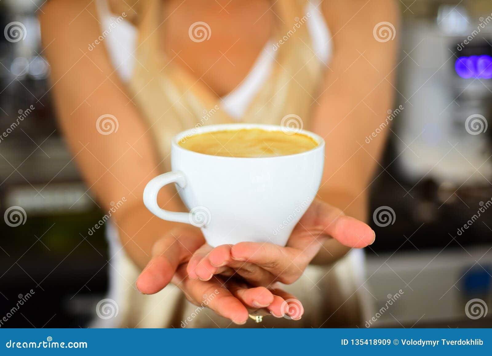 Il caffè fresco di mattina con latte e la crema schiumano mattina perfetta con migliore caffè rilassi in caffè o in caffetteria B