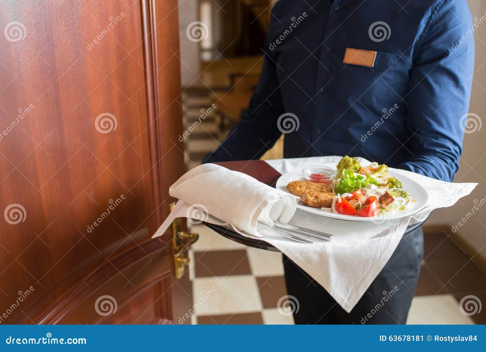 Il cameriere ha portato la prima colazione immagine stock for La colazione ha il tuo sorriso