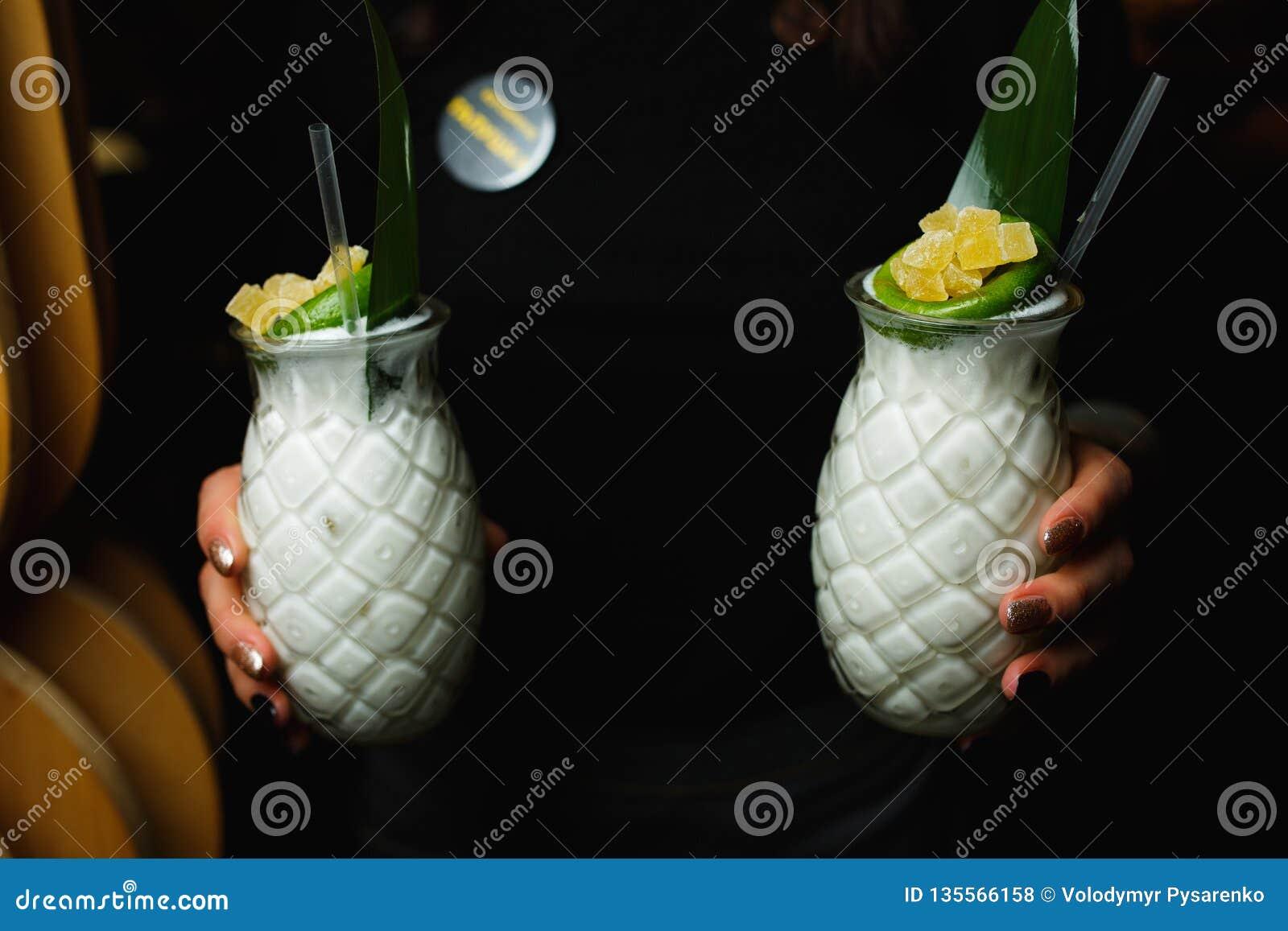 Il cameriere porta due cocktail bianchi