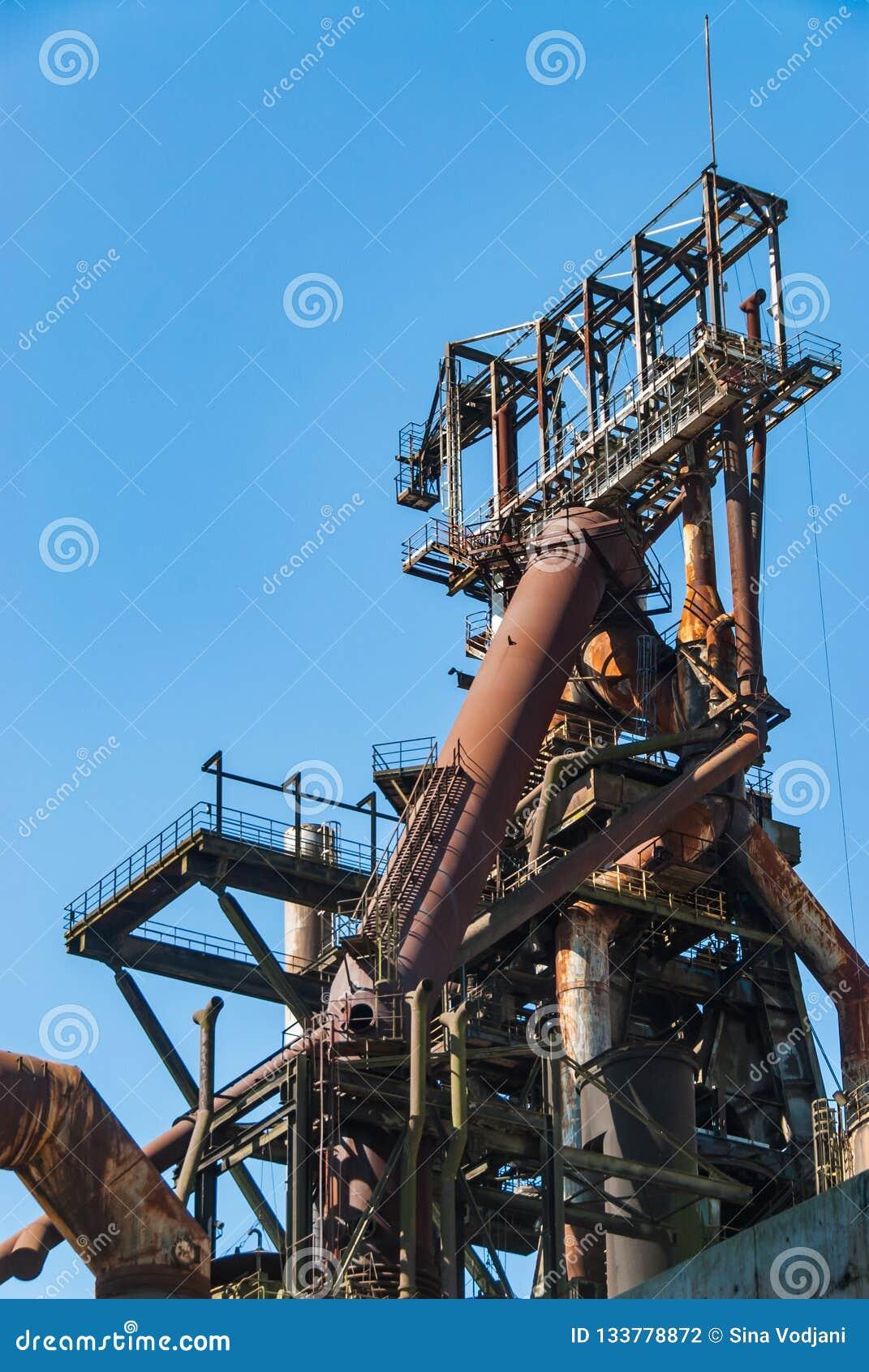 Il camino del fumo convoglia il fabrik di metallurgia nell ARBED Lussemburgo
