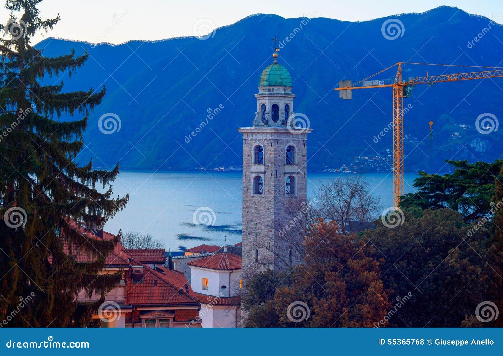 Il campanile e lago di Lugano