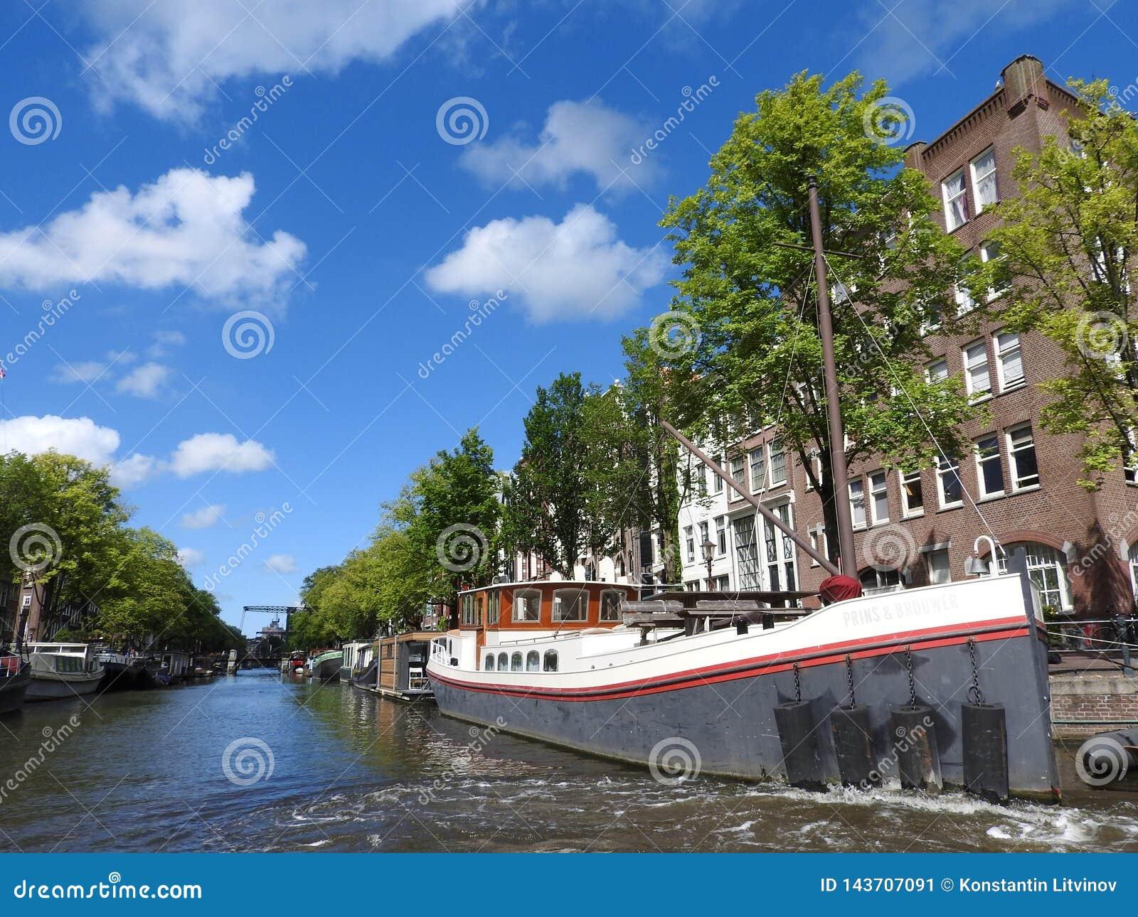 Il canale a Amsterdam Paesi Bassi alloggia paesaggio europeo dell estate della città del punto di riferimento del fiume di Amstel