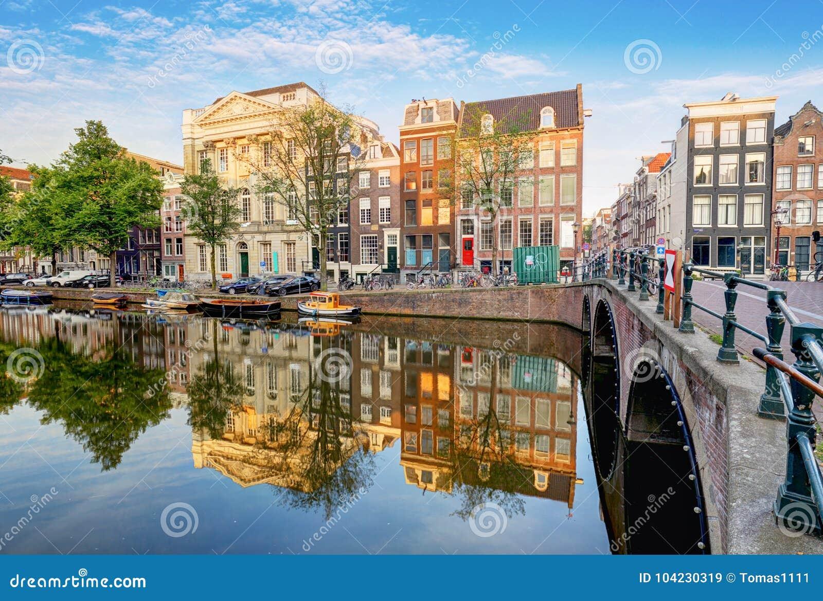 Il canale di Amsterdam alloggia le riflessioni vibranti, Paesi Bassi, panora