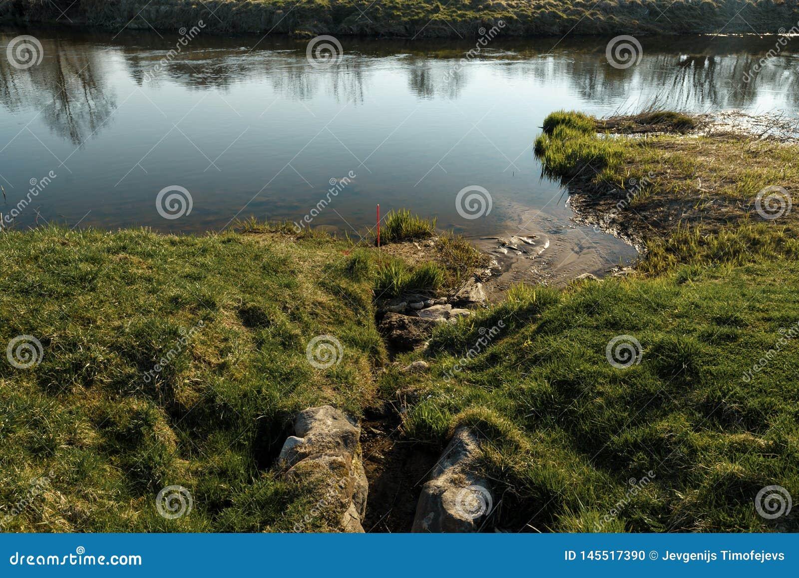Il canale unisce un fiume nella città Sabile, Lettonia