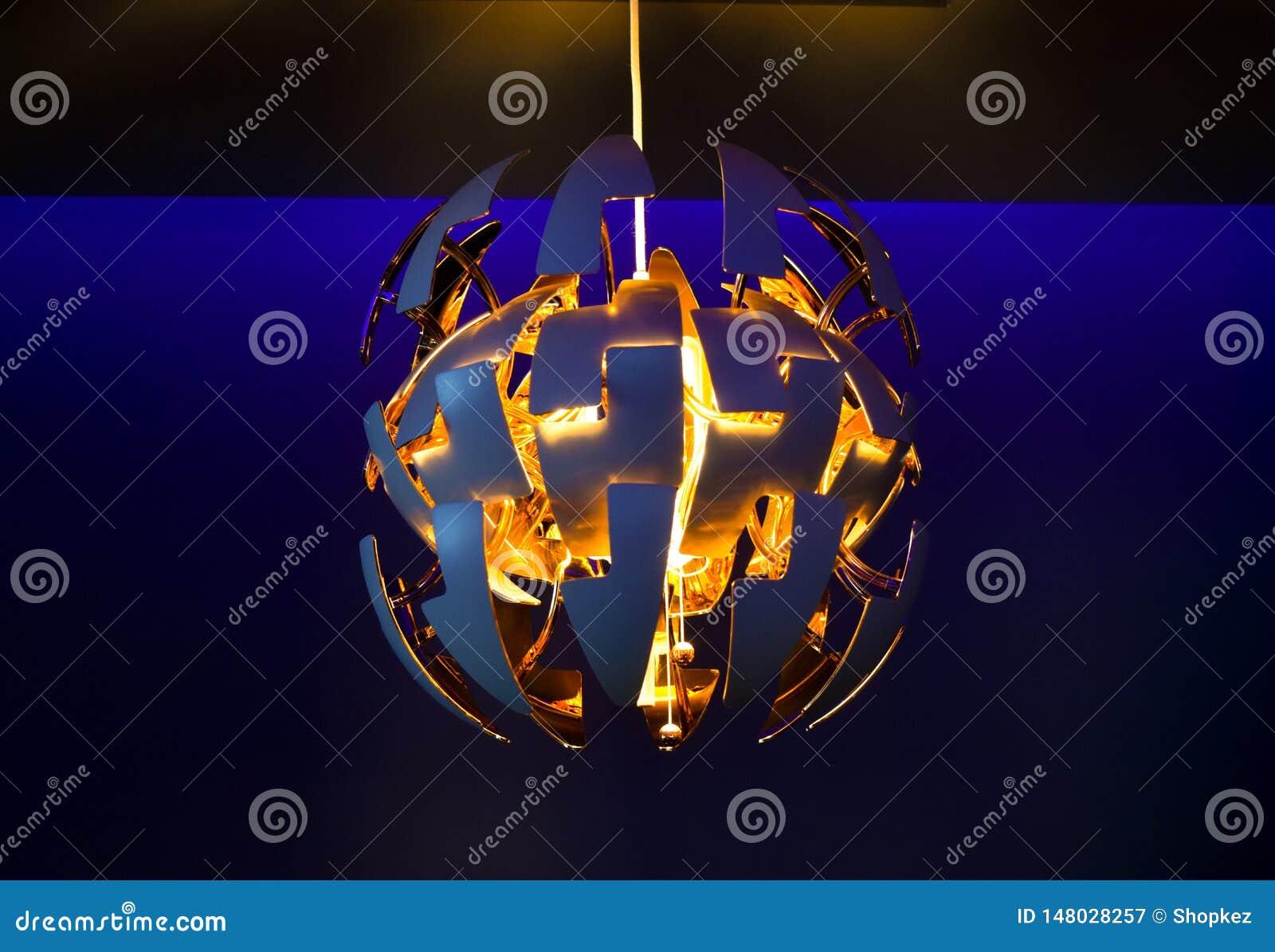 Il candeliere moderno alla moda fa luce nella stanza blu