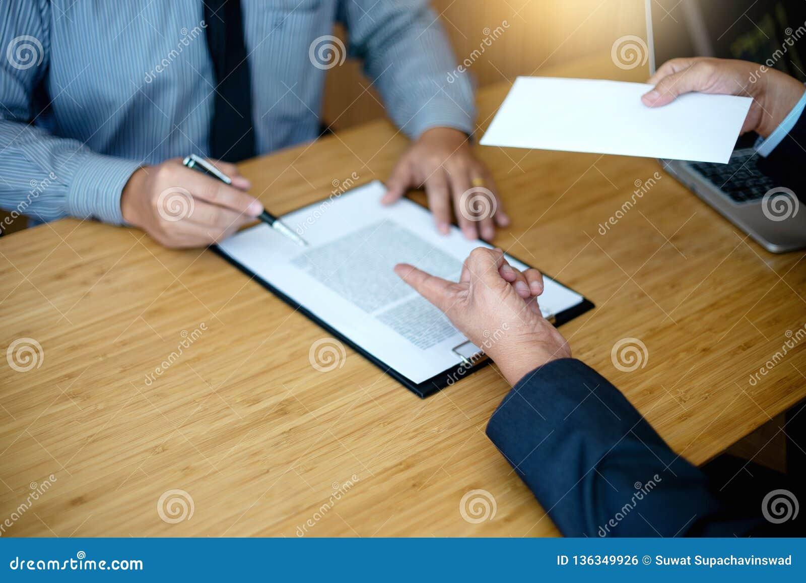 Il capo invia il bianco avvolge il lavoro ha infornato la nota