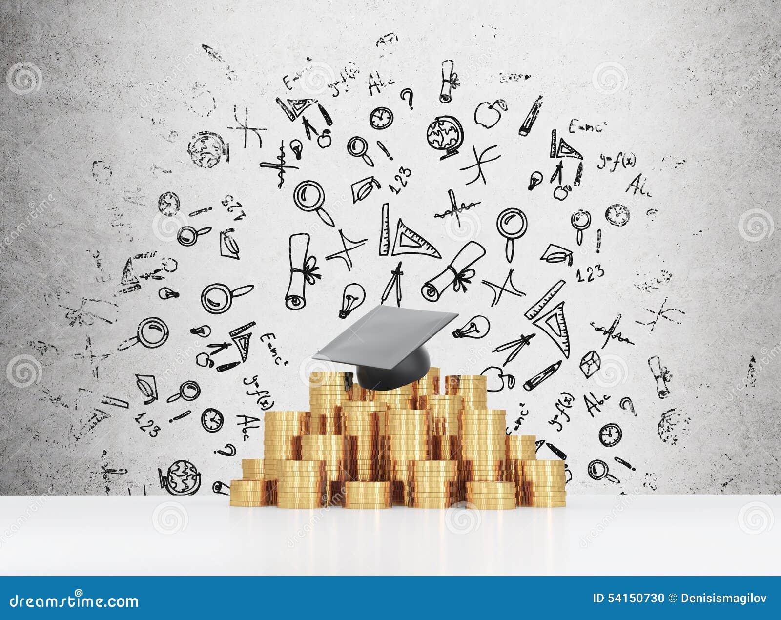 Il cappello di graduazione sta mettendo sulla piramide delle monete Un concetto di un prezzo elevato per l istruzione dell univer