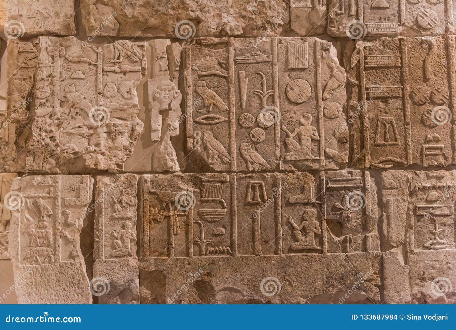 Il carattere del geroglifico egiziano sulla pietra