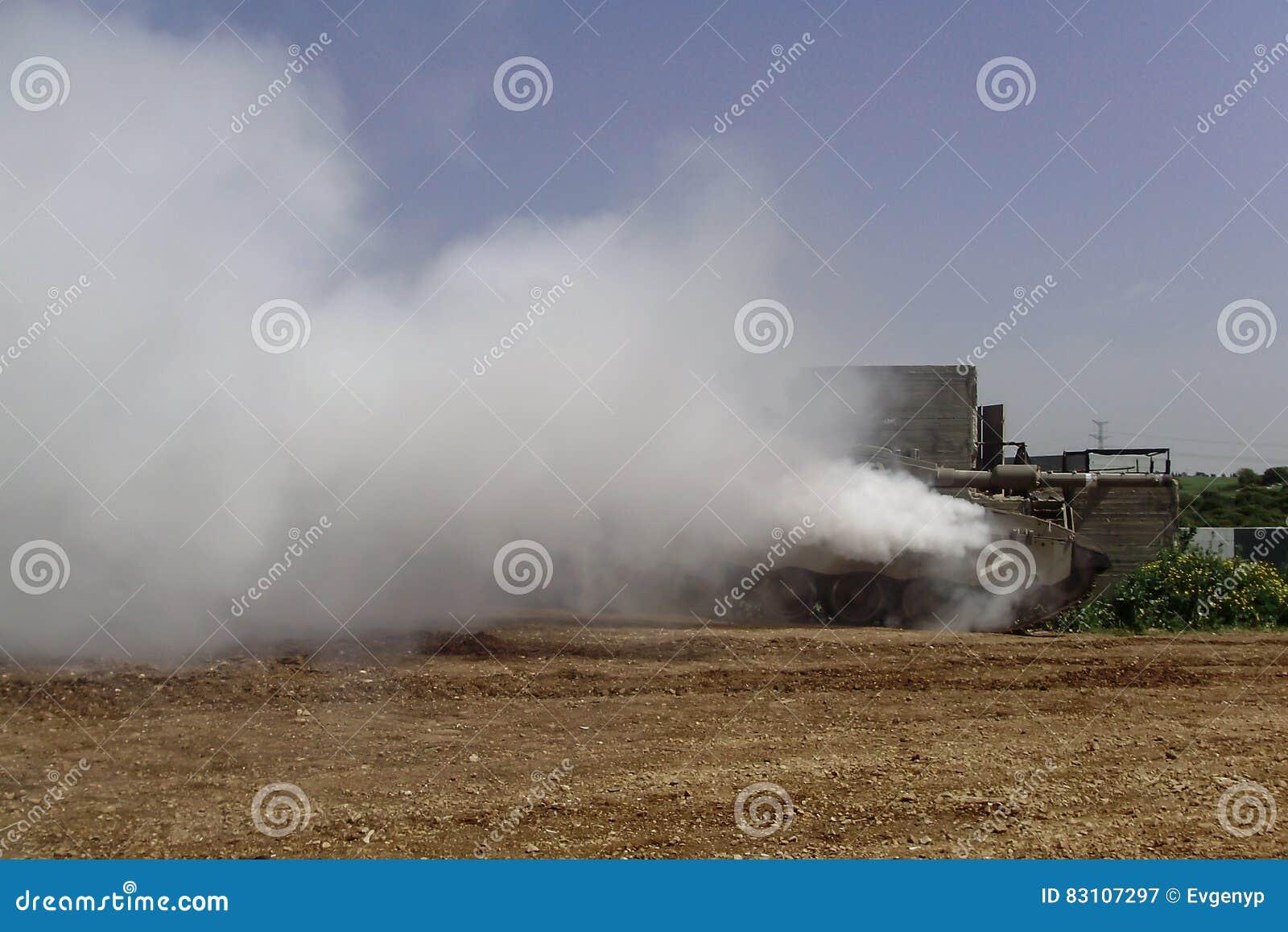 Il carro armato Merkava sta facendo la cortina di fumo per difendere
