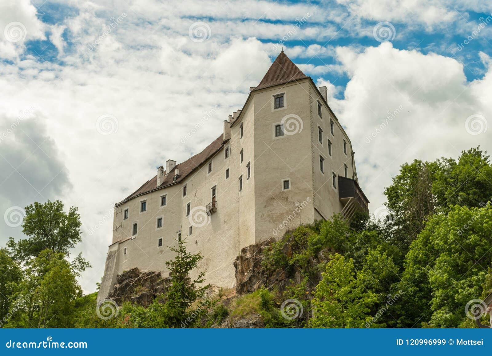 Il castello di Karlstein su una roccia ripida