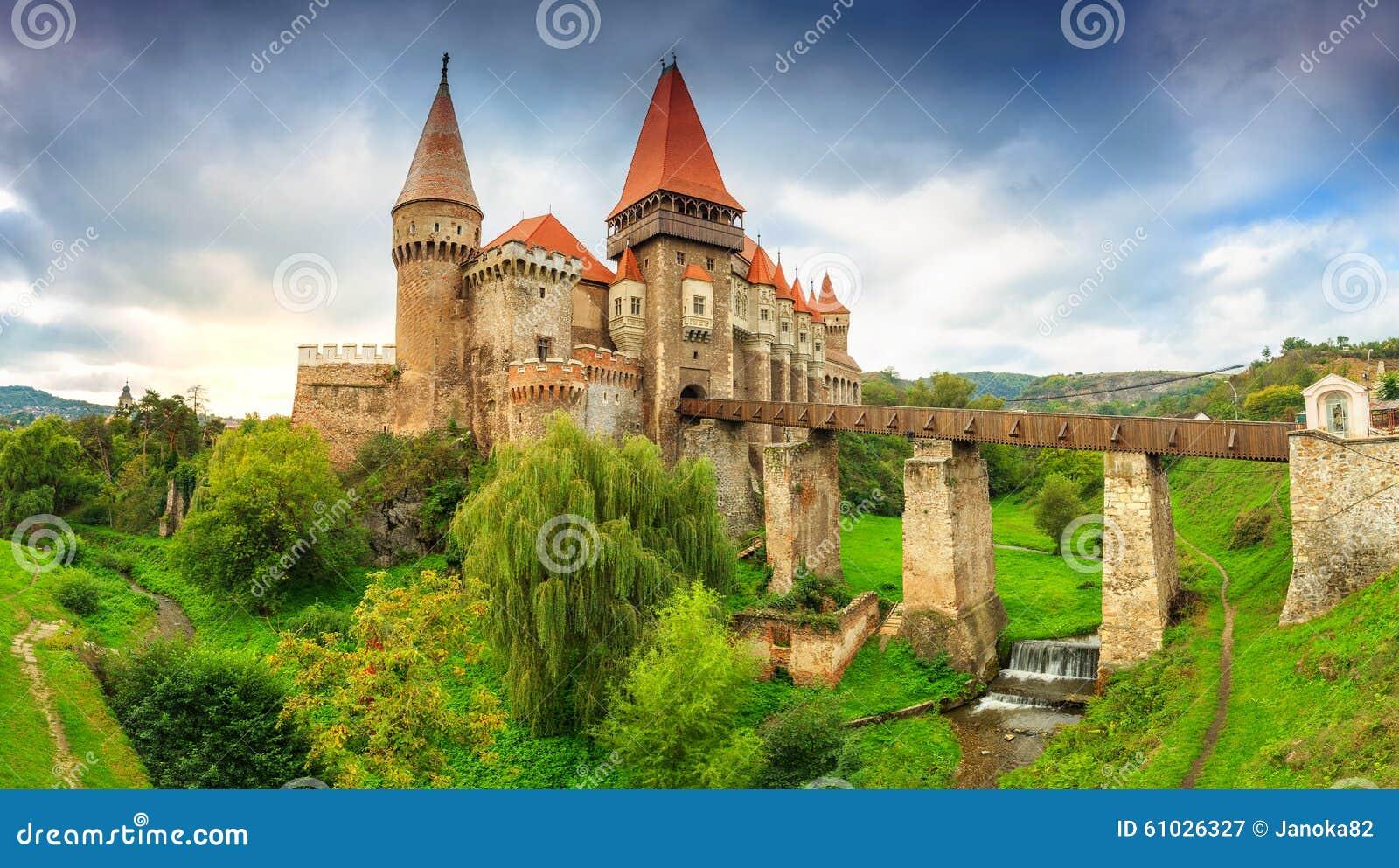 Il castello famoso di corvin con il cielo nuvoloso, Hunedoara, la Transilvania, Romania