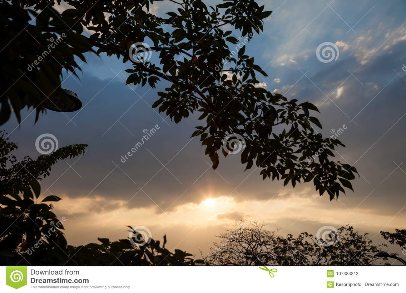 Il cielo di sera è ha un fascio luminoso che passa con gli strati delle nuvole