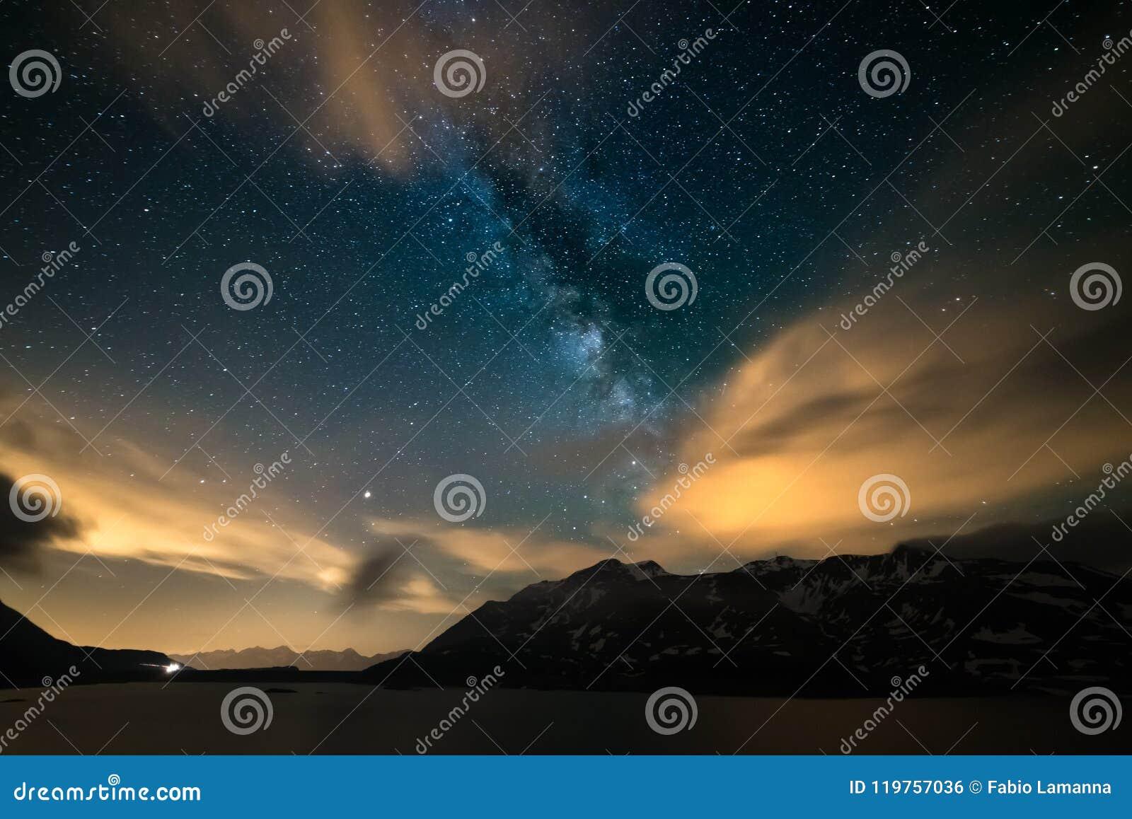 Il cielo notturno di Astro, galassia della Via Lattea stars sopra le alpi, il cielo tempestoso, le nuvole di moto, la catena mont