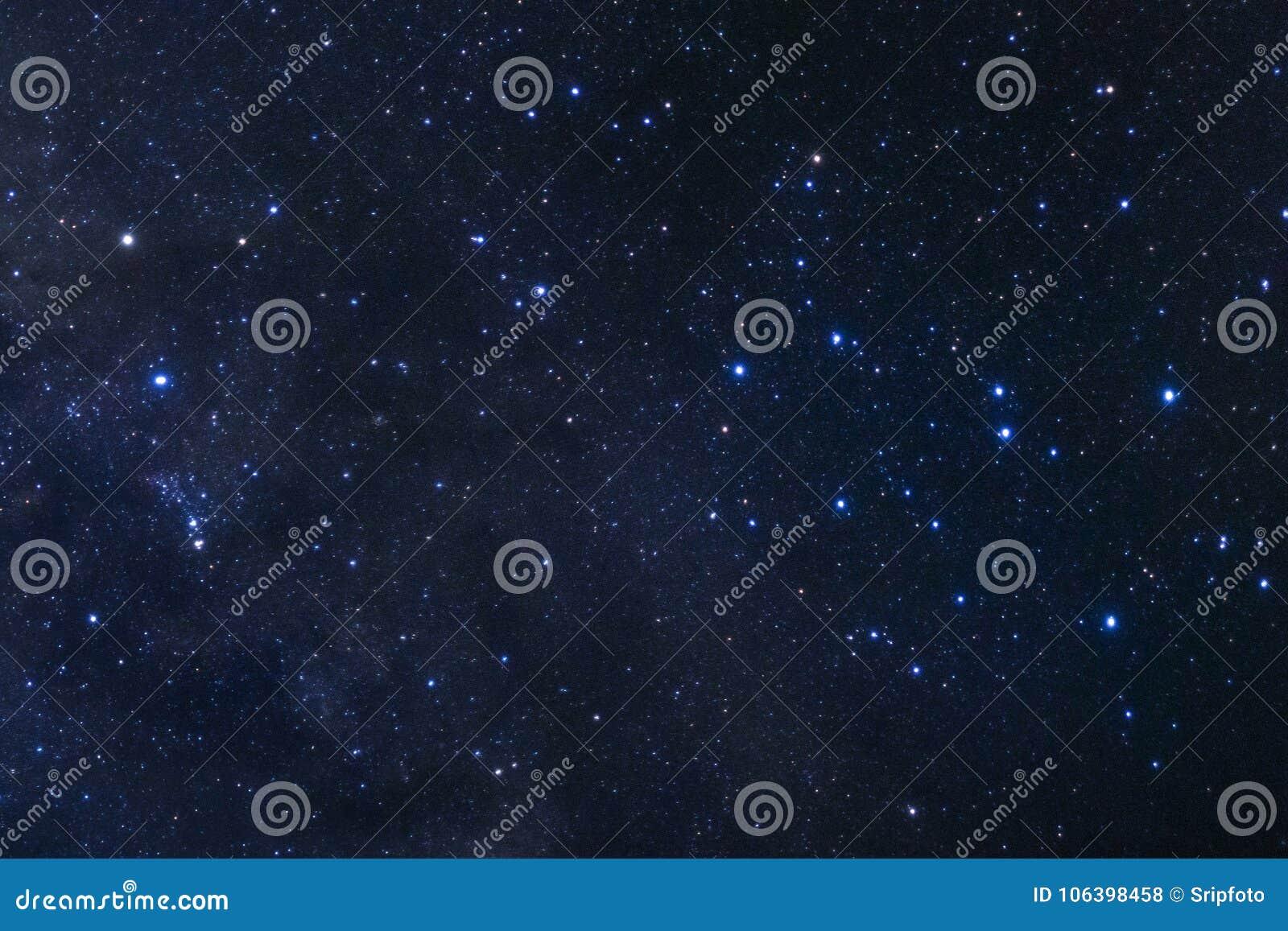 Il cielo notturno stellato, la galassia della Via Lattea con le stelle e lo spazio spolverano dentro