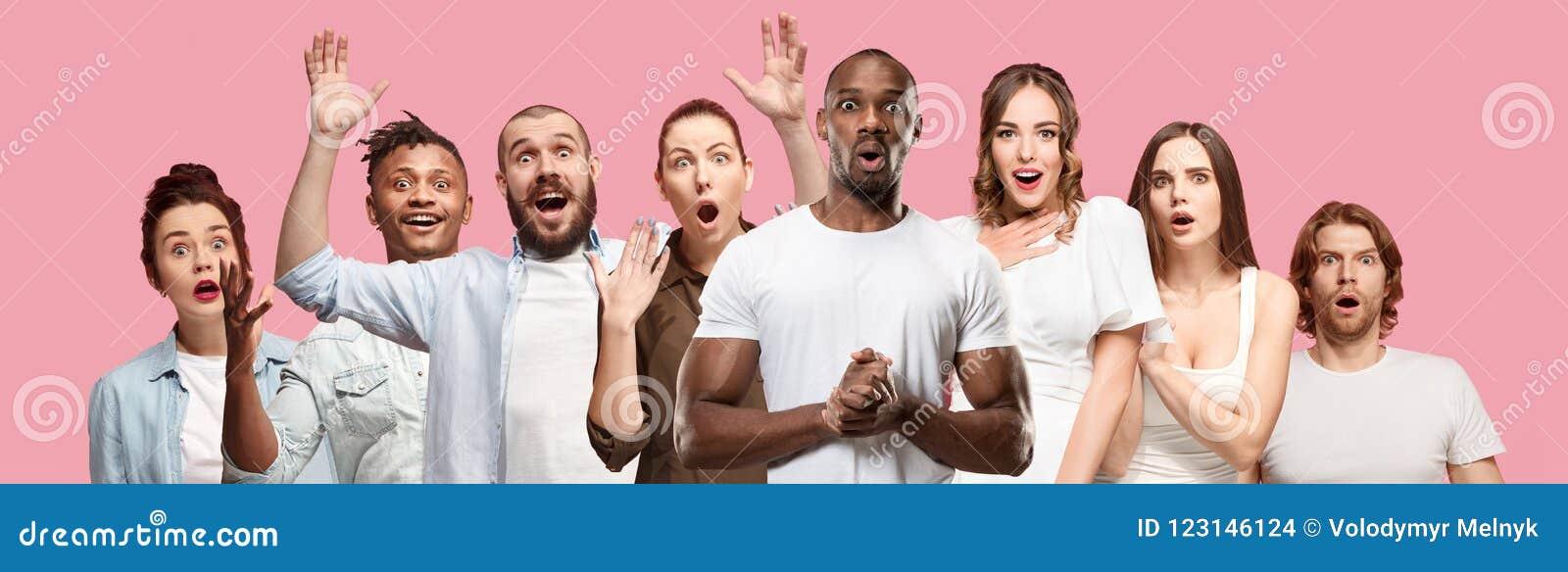 Il collage dei fronti della gente sorpresa sugli ambiti di provenienza rosa Emozioni umane, concetto di espressione facciale