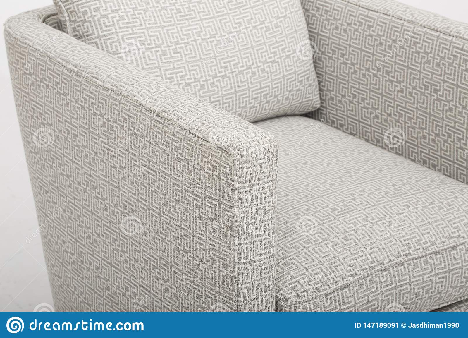 Il colore crema comodo ha fissato il sof? di lusso posteriore con fondo bianco - immagine di riserva