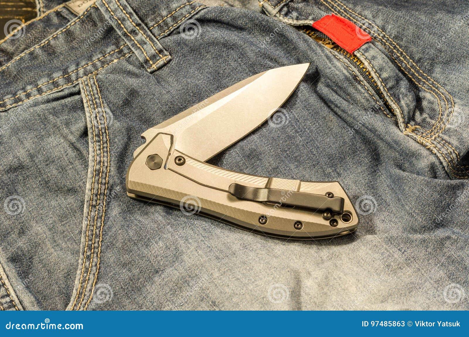 Il coltello è in una posizione curva Fondo del denim Umore caldo