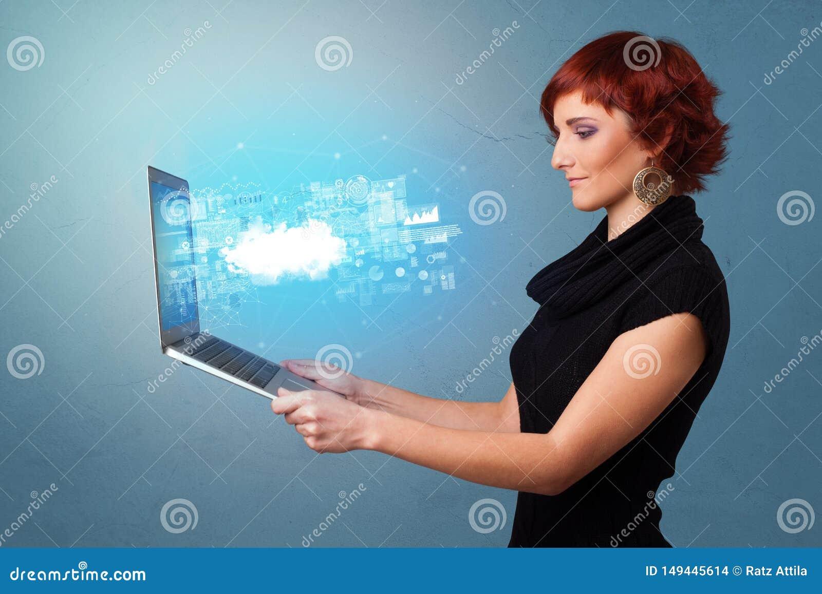 Il computer portatile della tenuta della donna con la nuvola ha basato le notifiche del sistema