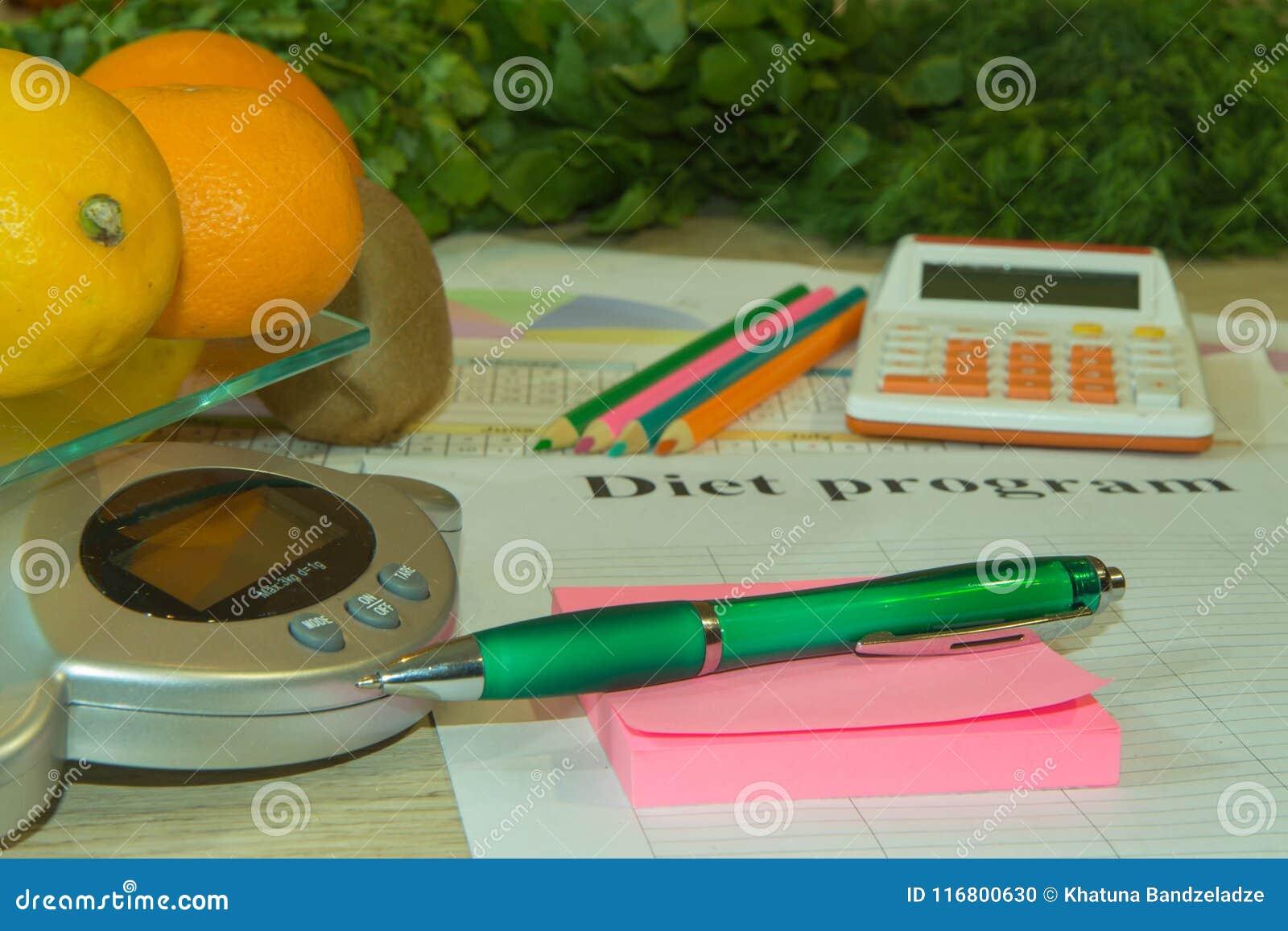 Il concetto di essere a dieta, peso in eccesso perdente Frutti, Bilancia, calcolatore e centimetro su una tavola di legno